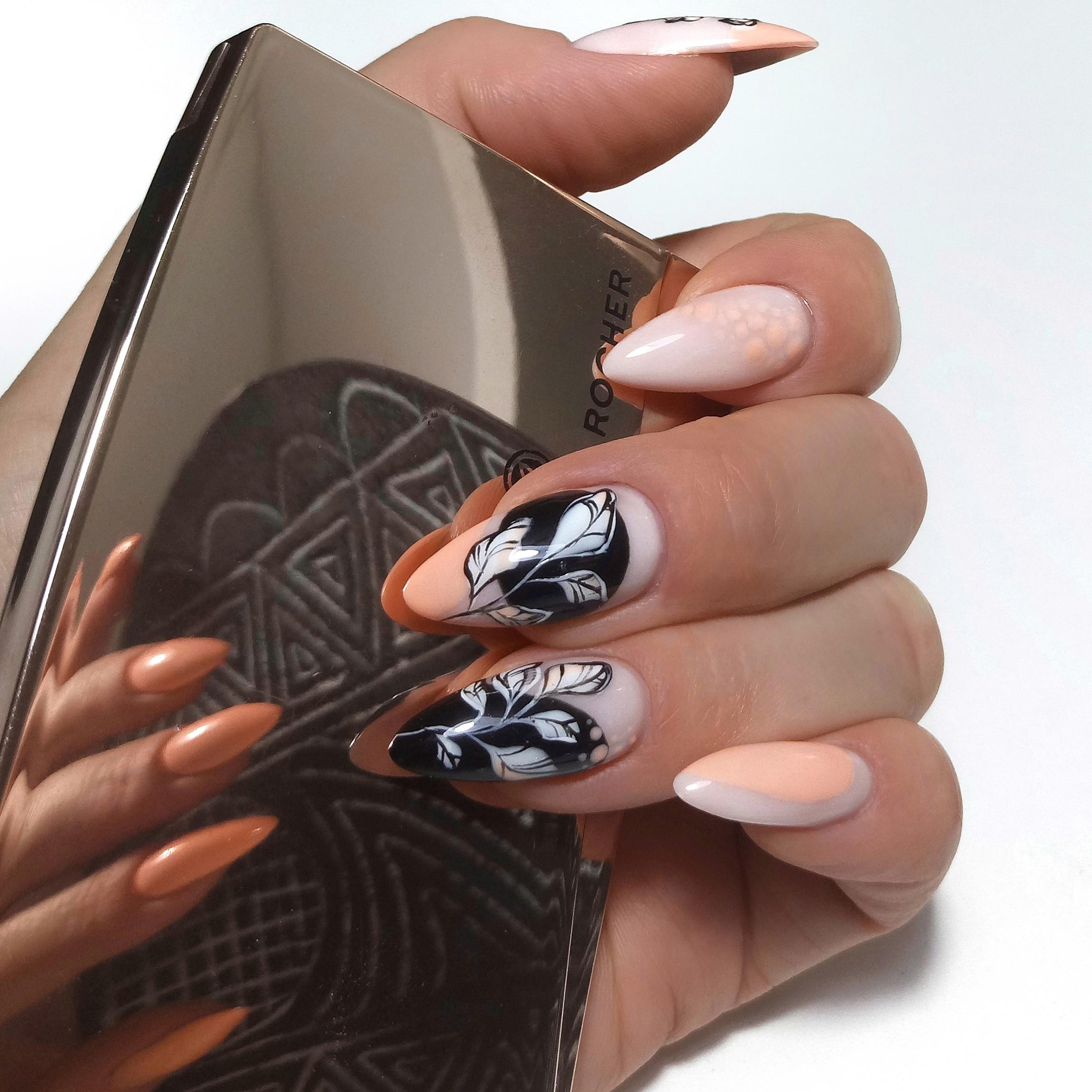 Нюдовый маникюр с цветочным рисунком на длинные ногти.