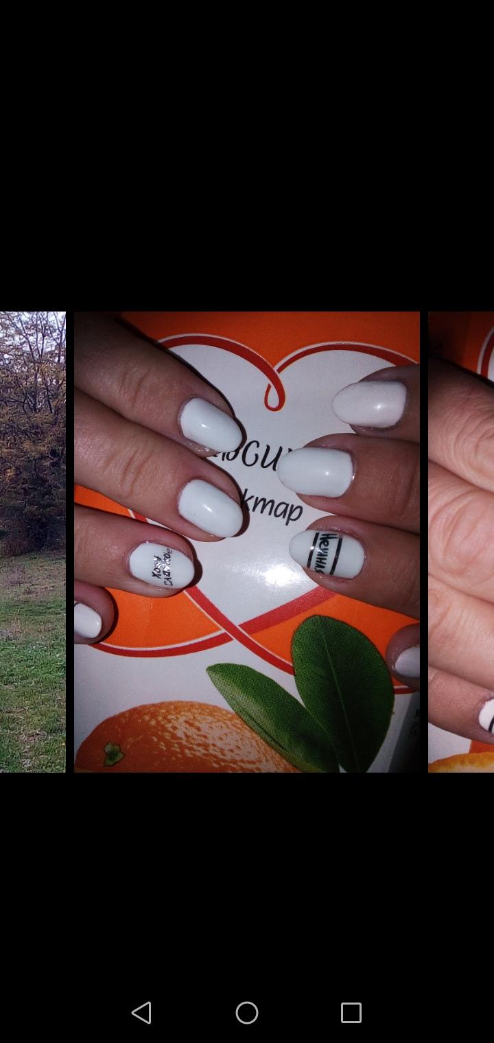 Маникюр с надписями в белом цвете на короткие ногти.