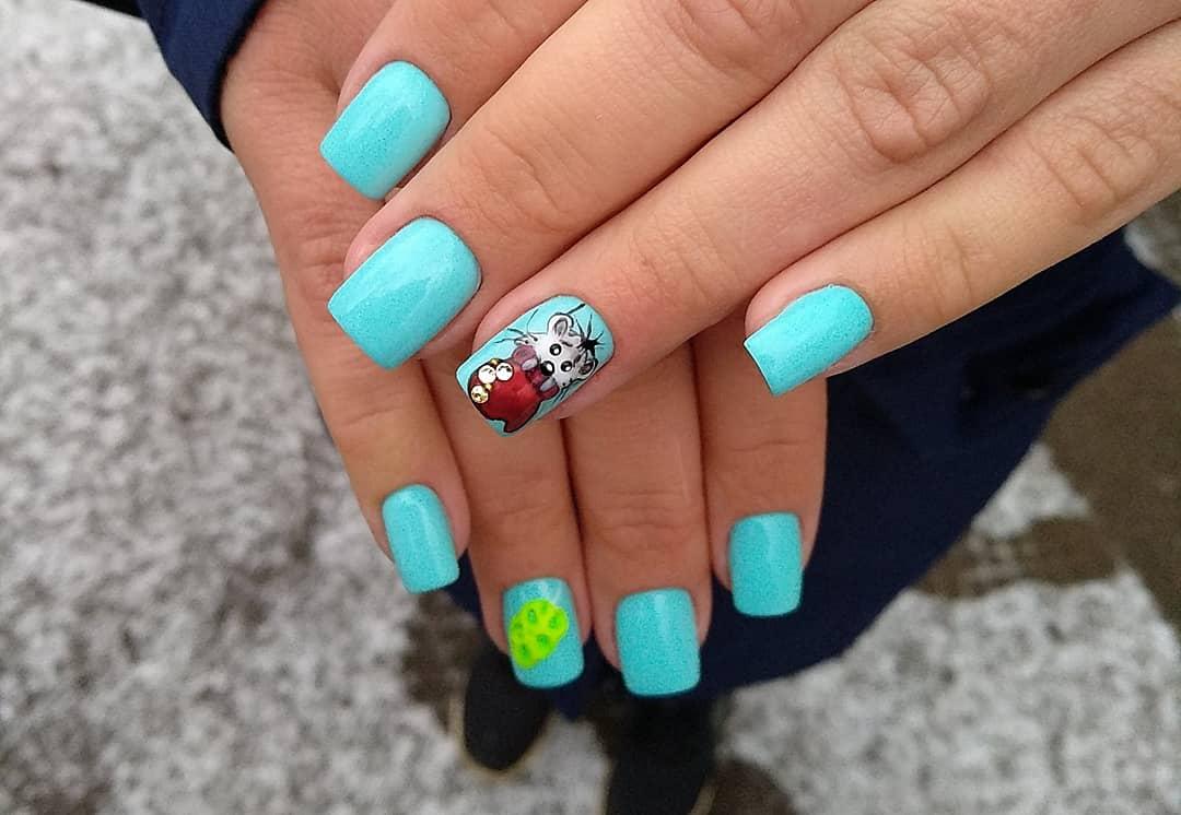 Маникюр с мышкой в голубом цвете.
