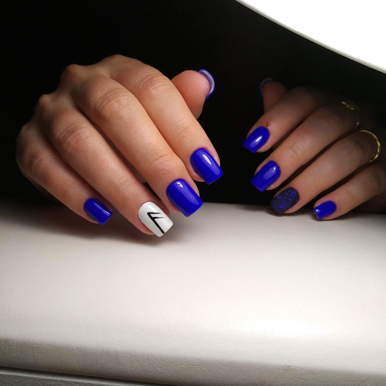 Маникюр с рисунком и песочным дизайном в синем цвете.