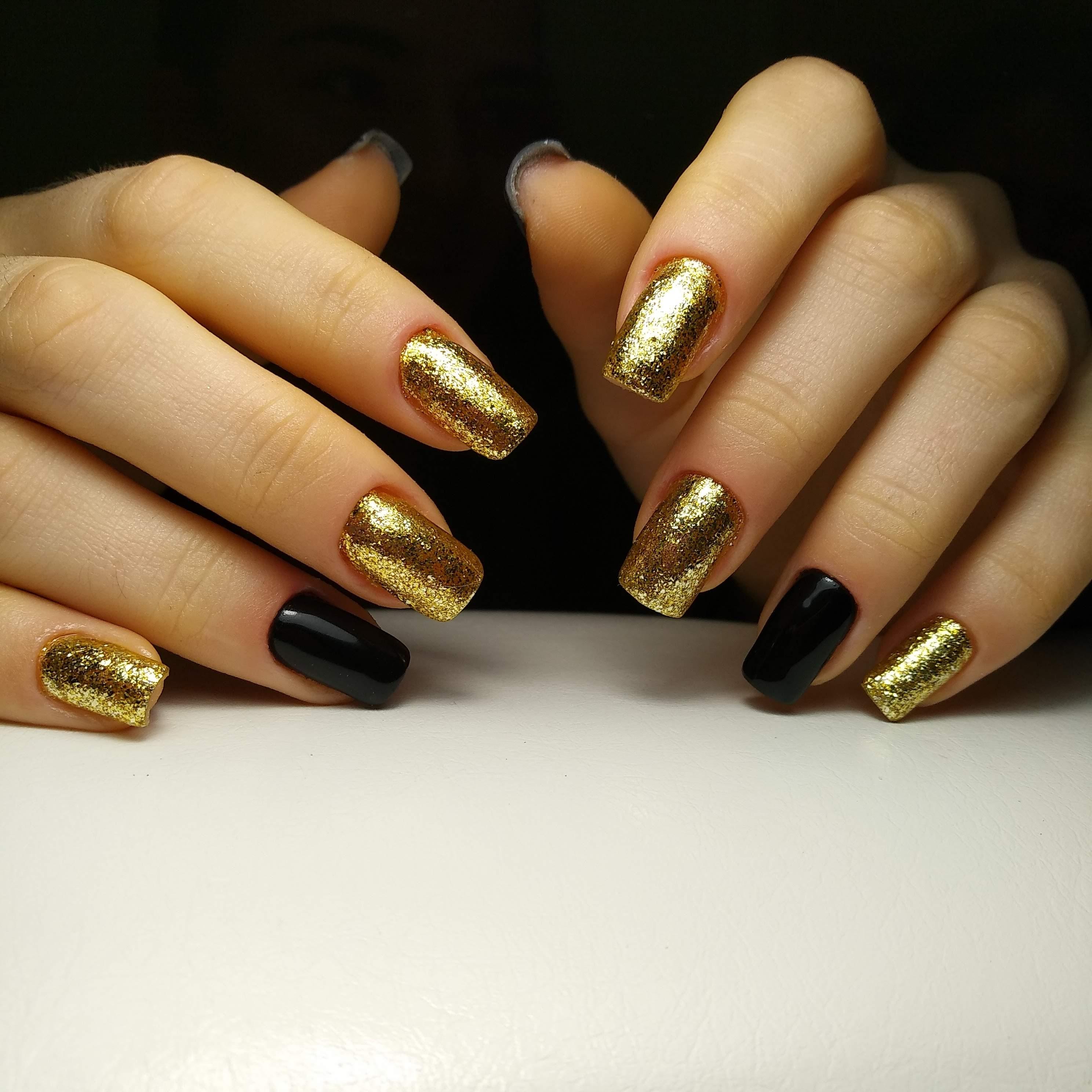 Золотой маникюр с блестками.