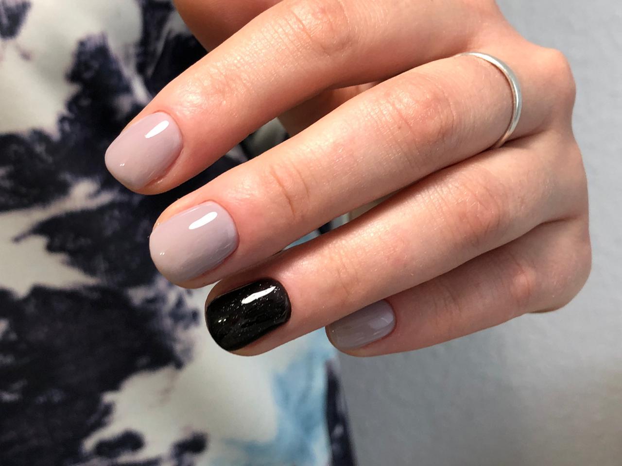 Маникюр с черным дизайном в пастельных тонах на короткие ногти.