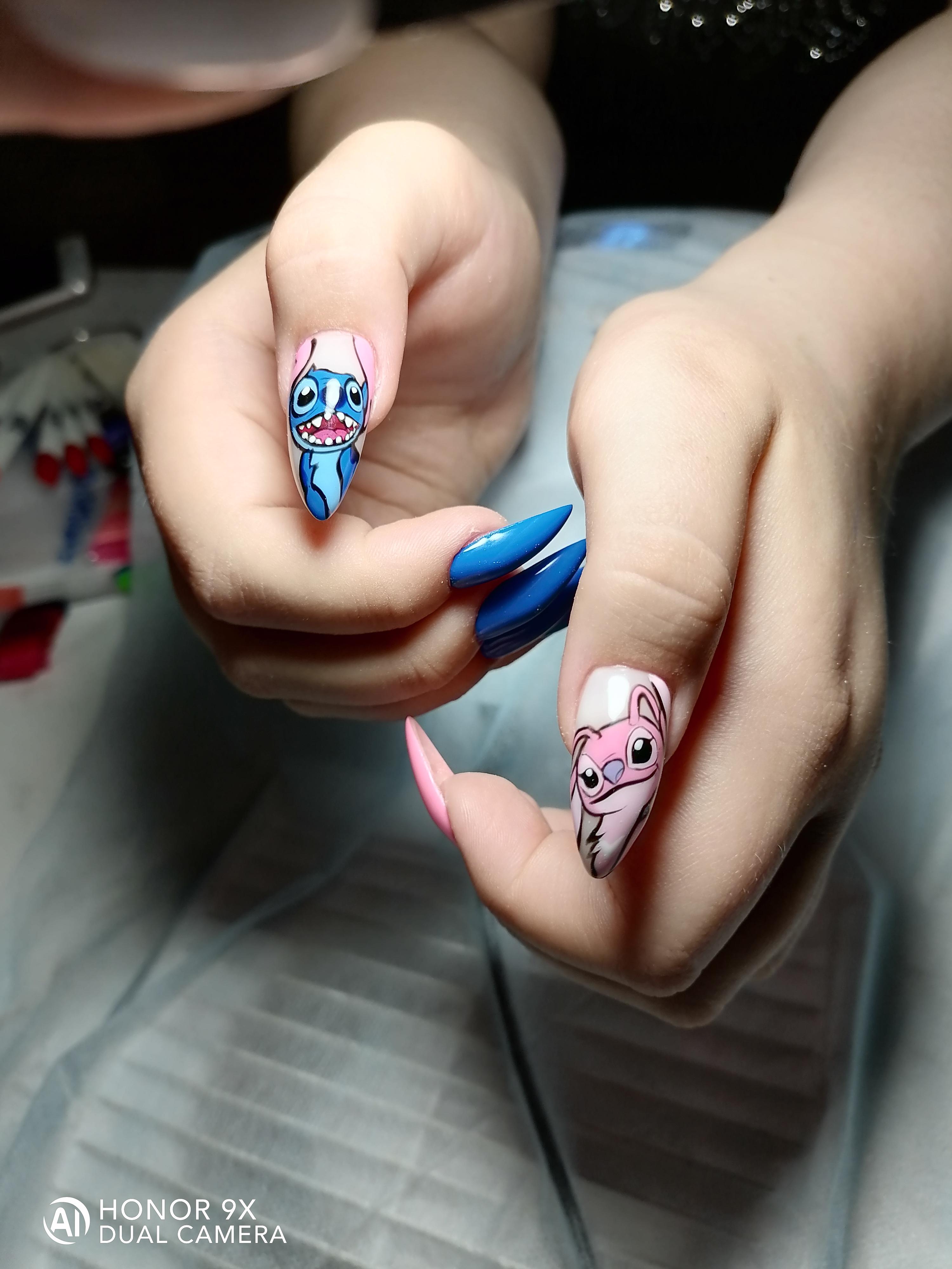 Контрастный маникюр с мультяшным рисунком на длинные ногти.