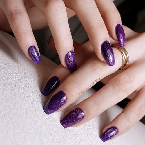Однотонный блестящий маникюр в фиолетовом цвете.
