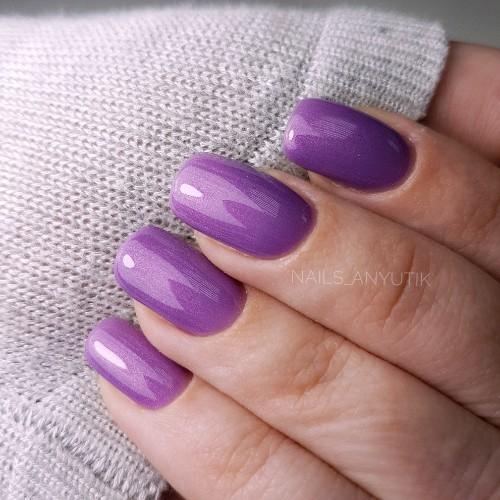 Однотонный маникюр в фиолетовом цвете.