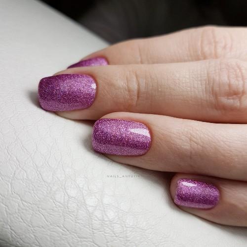 Блестящий маникюр в фиолетовом цвете.