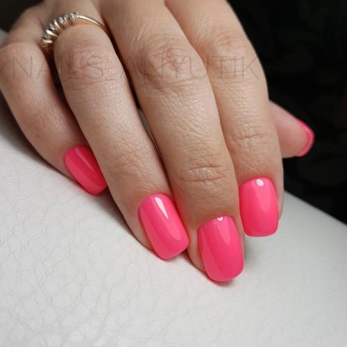 Однотонный маникюр в розовом цвете.
