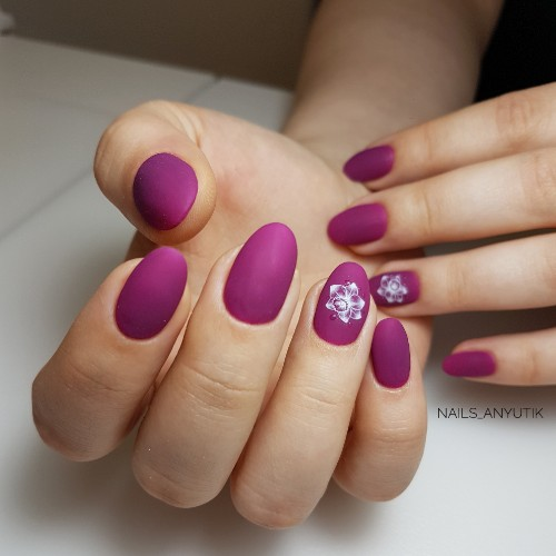 Матовый маникюр в фиолетовом цвете с цветочным слайдером.