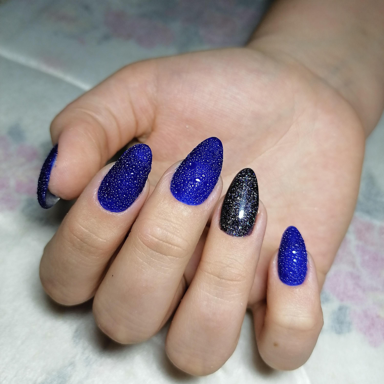 Маникюр с bubble-эффектом и блестками в синем цвете.