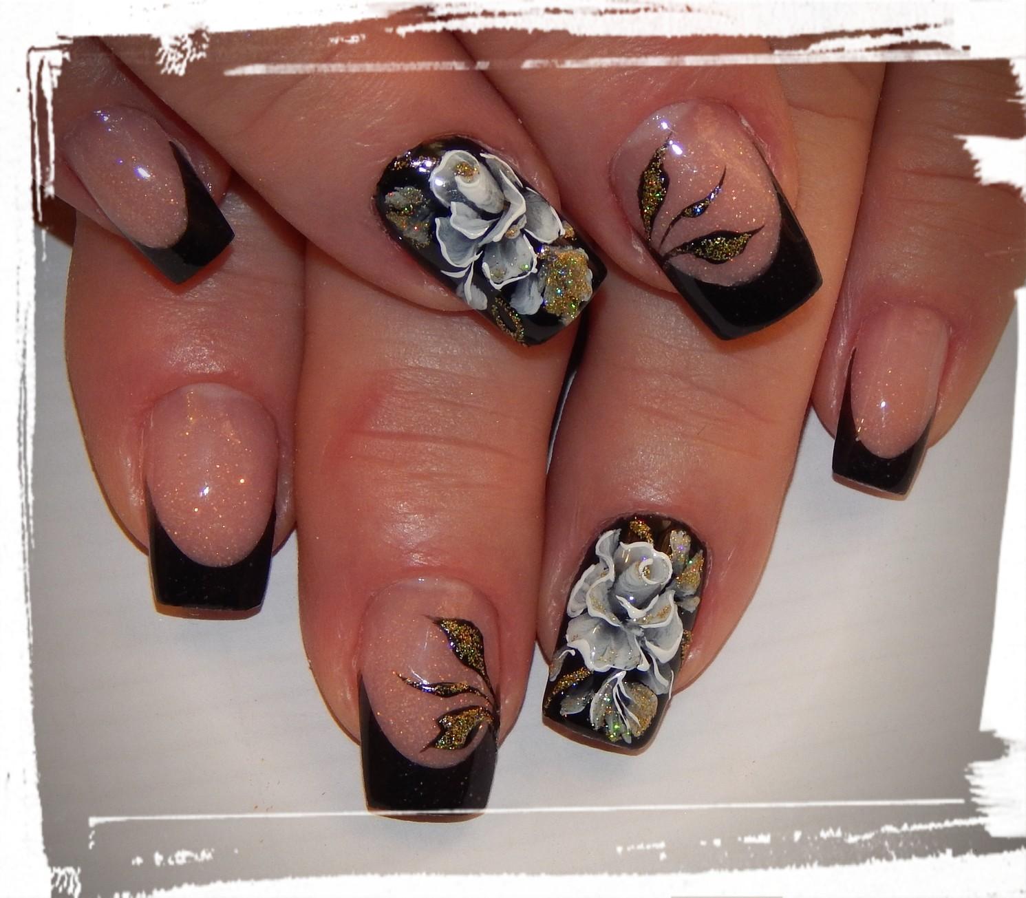 Френч с цветочным рисунком и блестками в черном цвете.