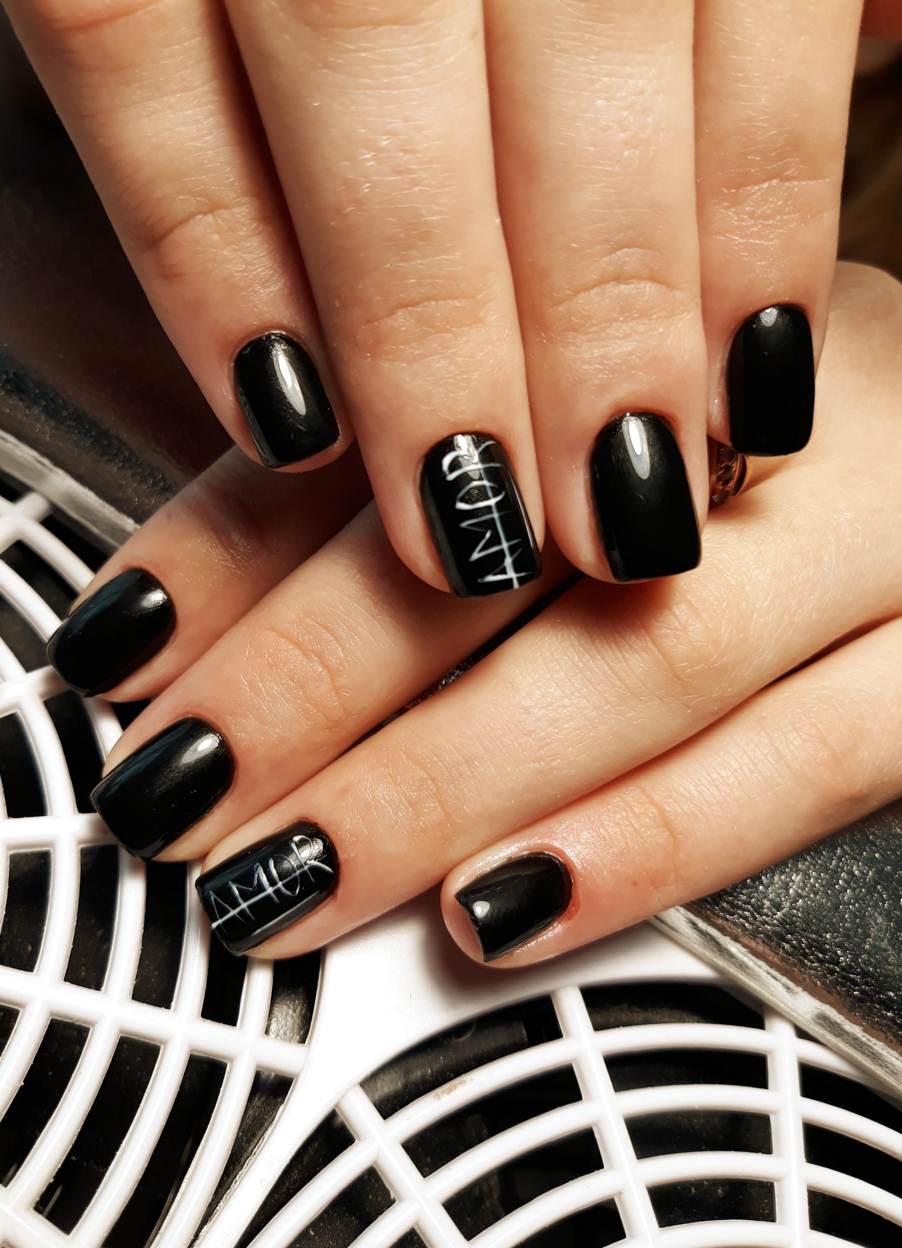 Маникюр с надписями в черном цвете на короткие ногти.
