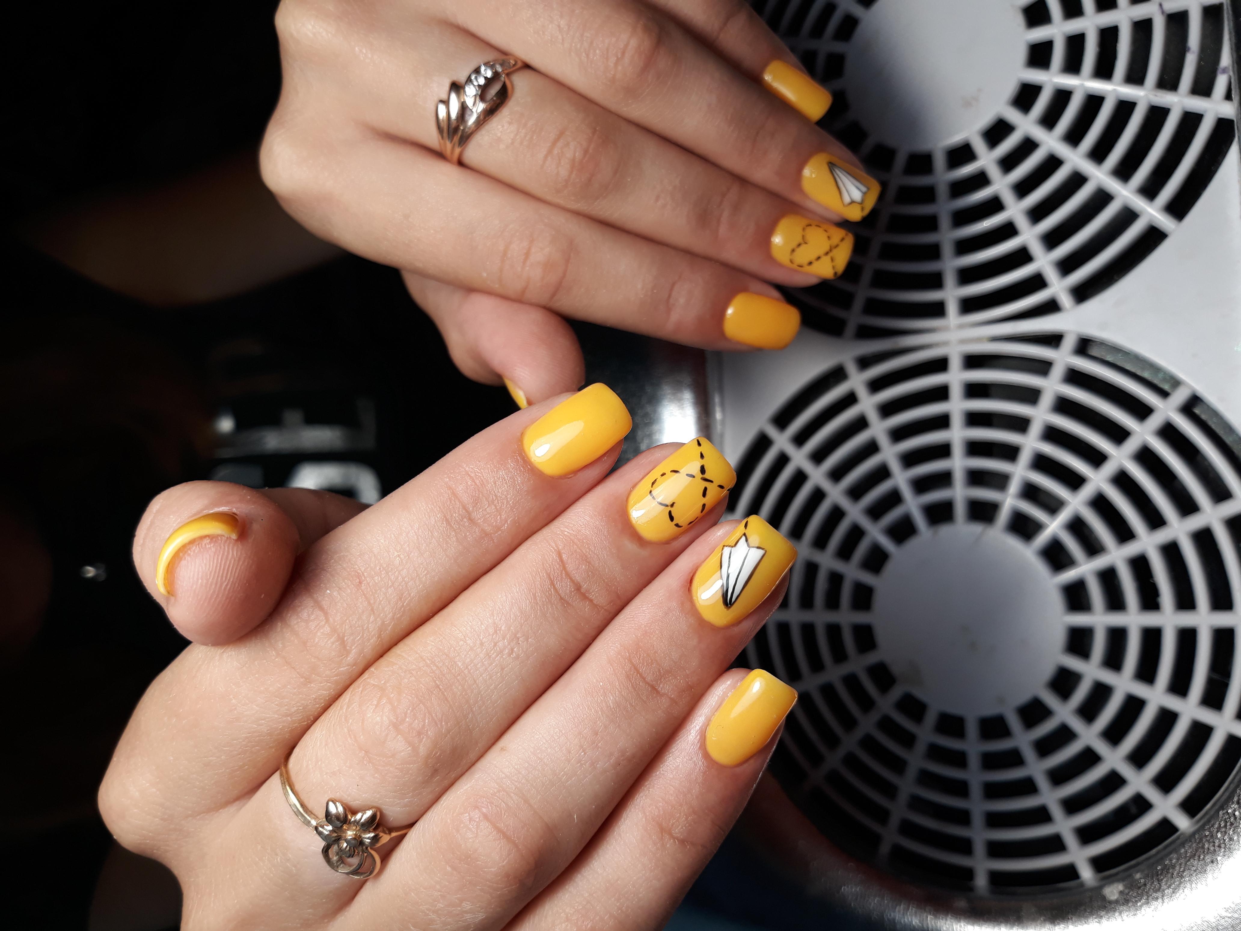 Маникюр с рисунком в желтом цвете на короткие ногти.