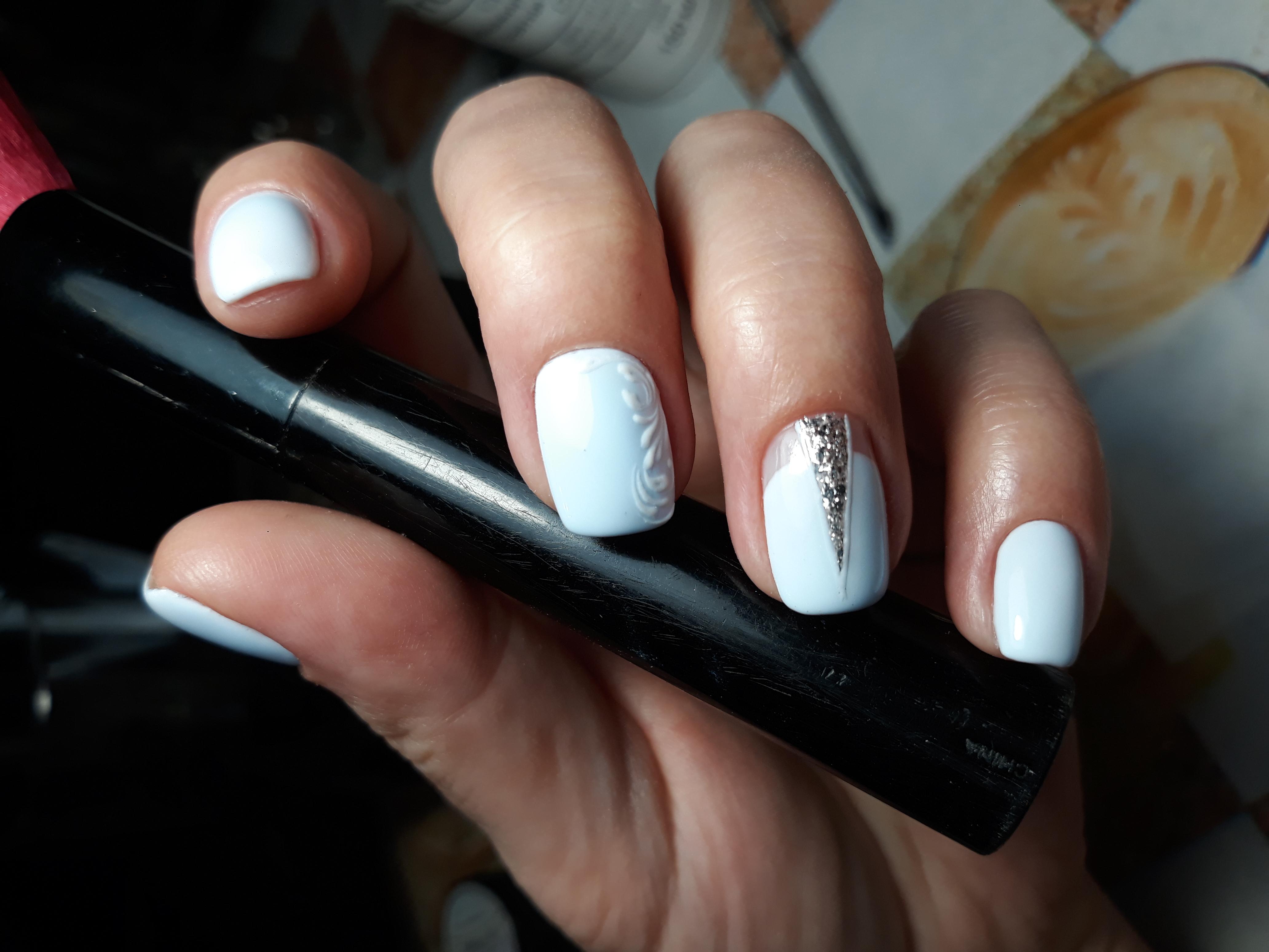 Маникюр с серебряными блестками и вензелями в белом цвете.