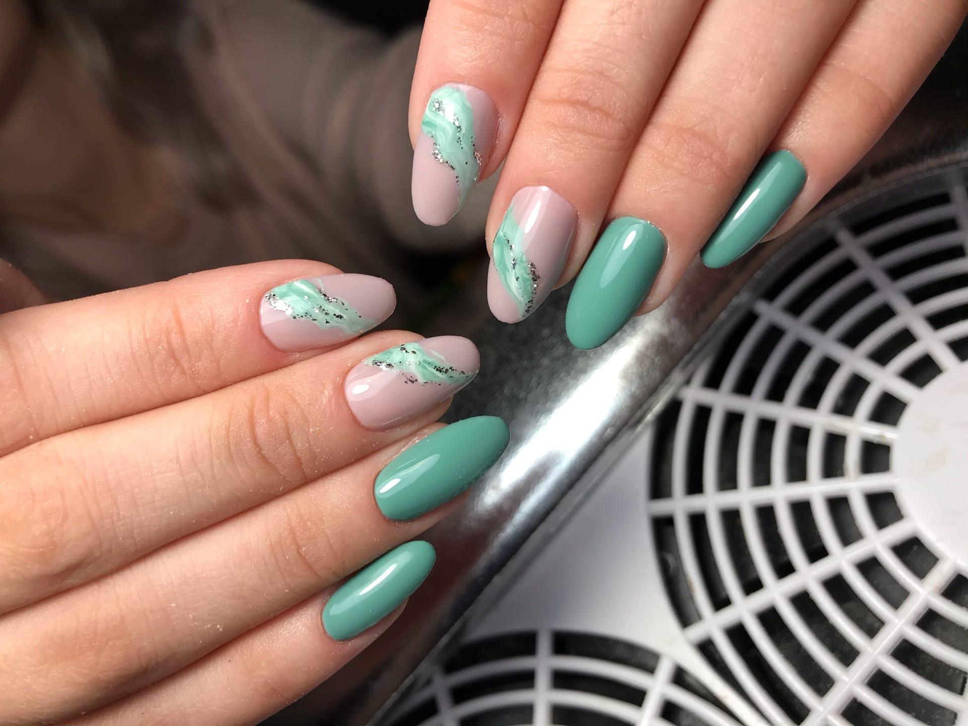 Маникюр с морским дизайном в изумрудном цвете на длинные ногти.