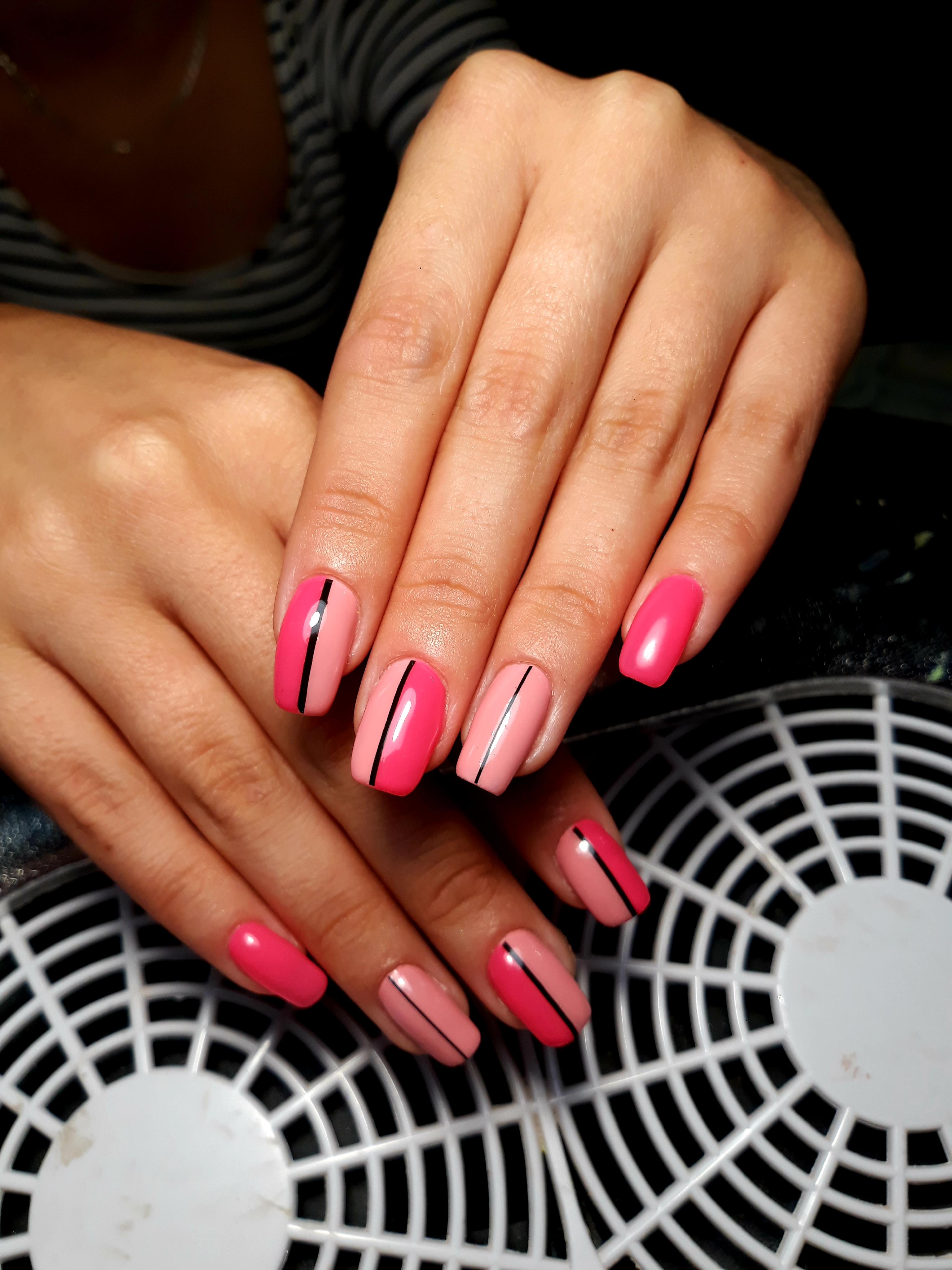 Маникюр с полосками в розовом цвете на короткие ногти.