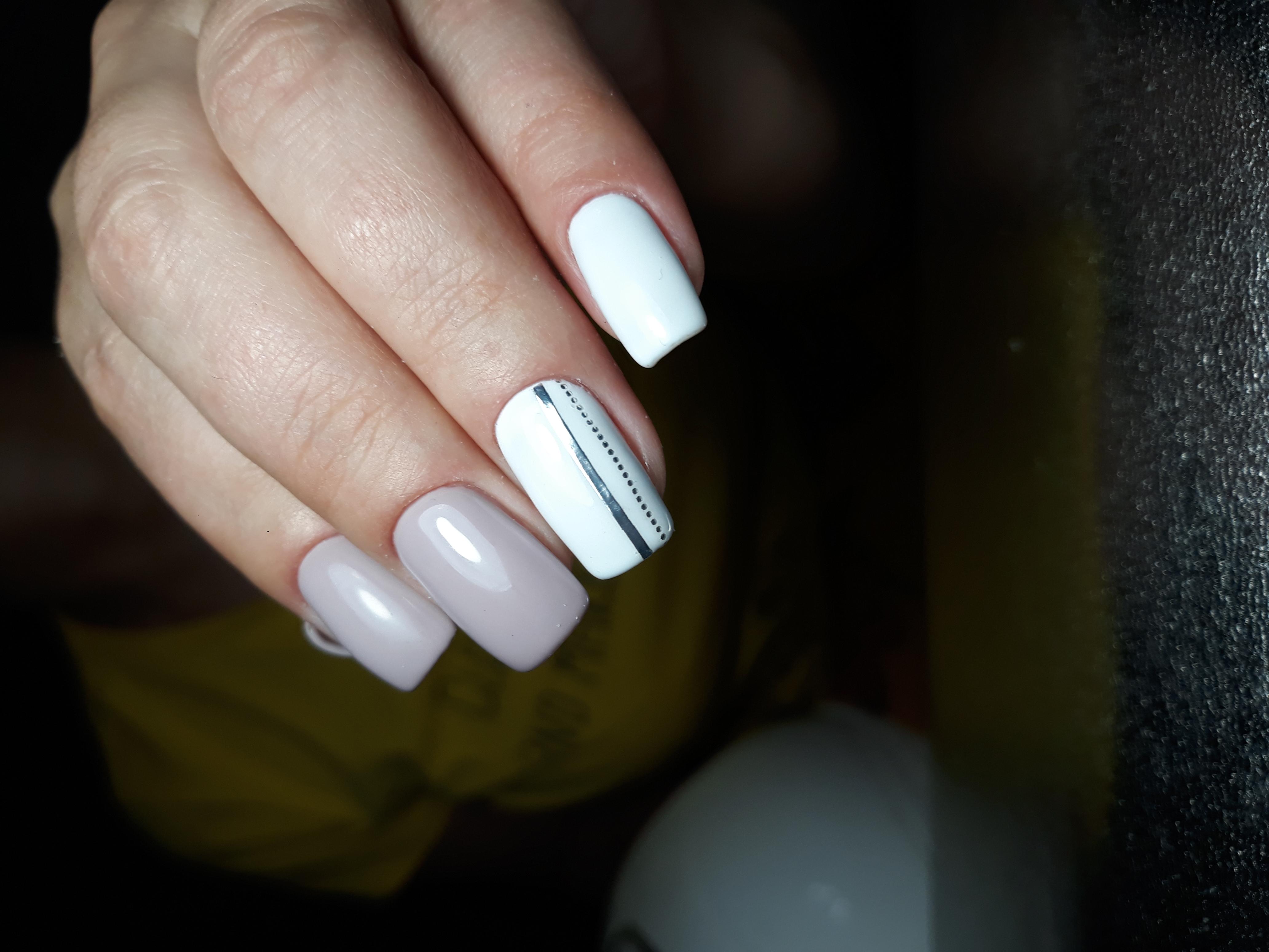 Маникюр с серебряными полосками в пастельных тонах на длинные ногти.