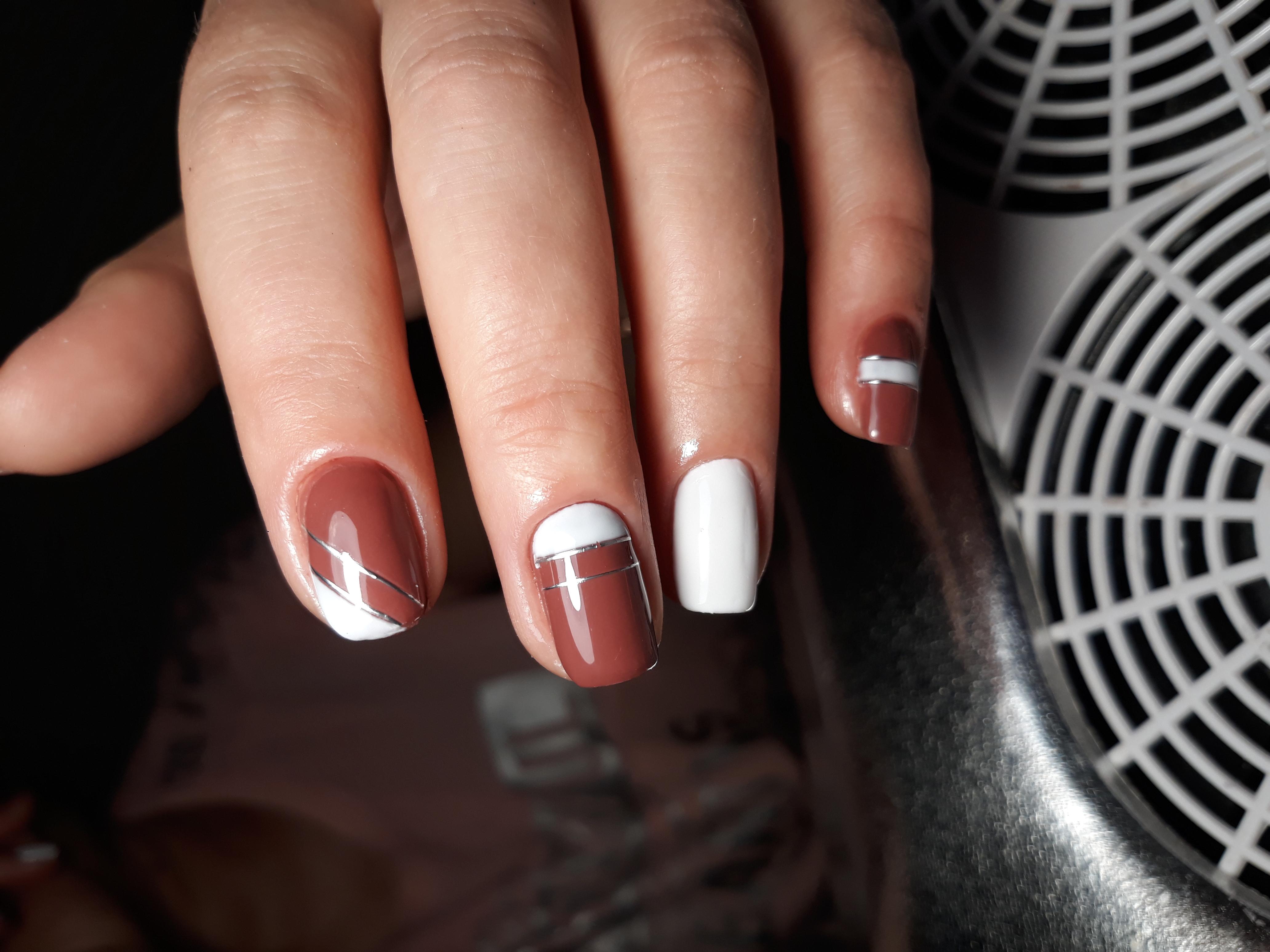 Геометрический маникюр с серебряными полосками в коричневом цвете на короткие ногти.