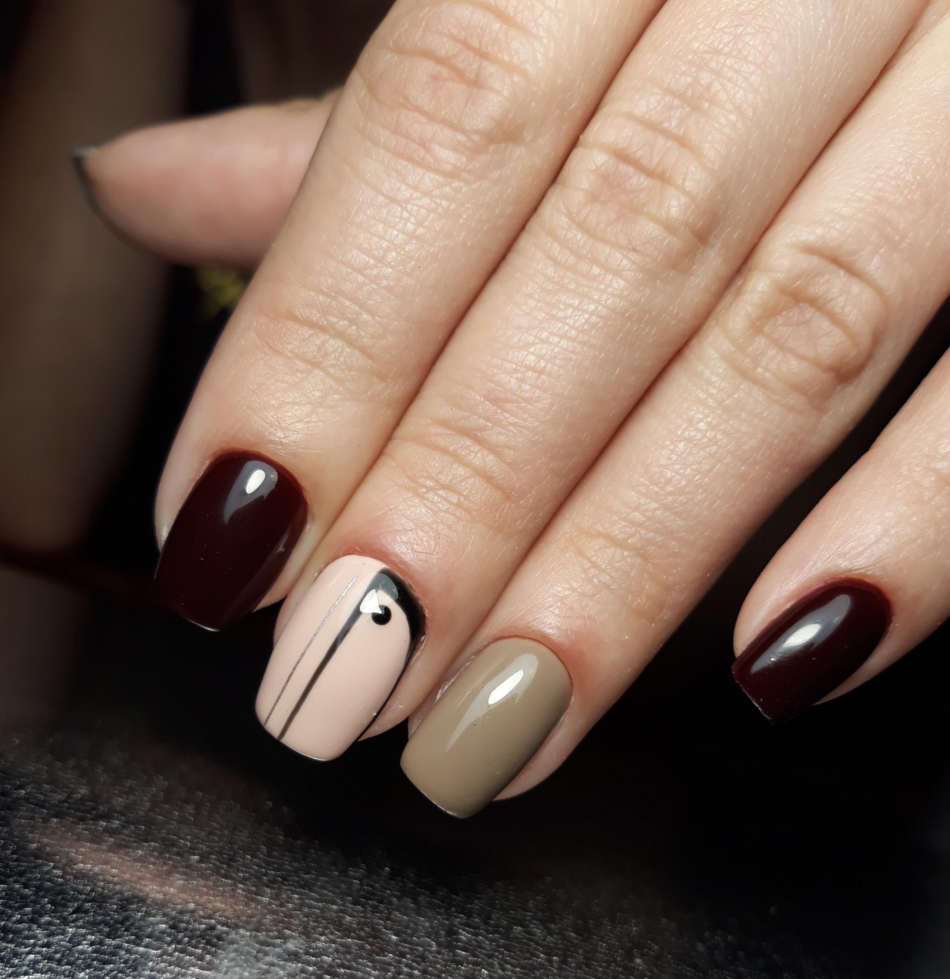 Маникюр с геометрическим рисунком в шоколадном цвете на короткие ногти.