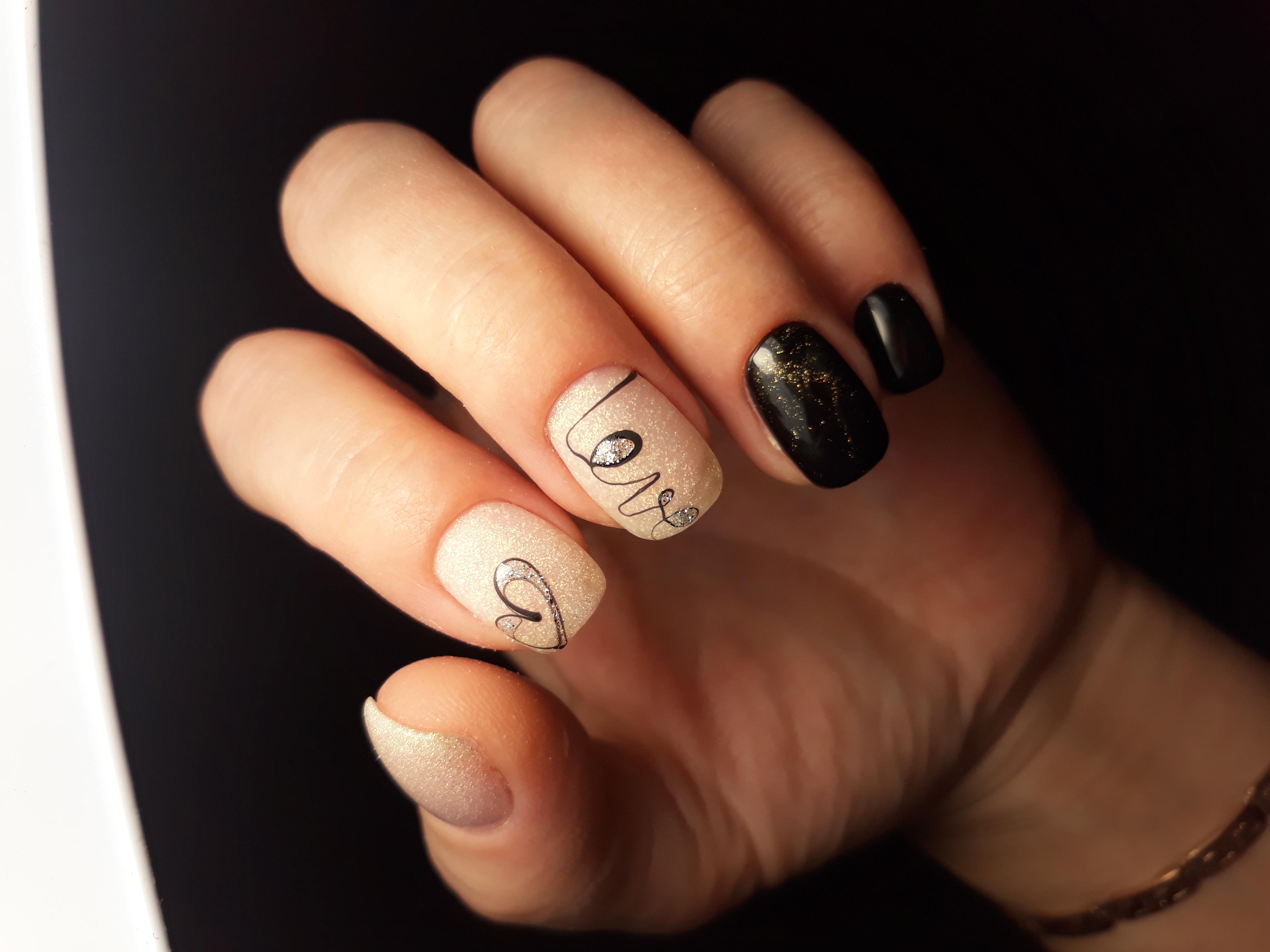 Маникюр с сердечком и блестками на короткие ногти.