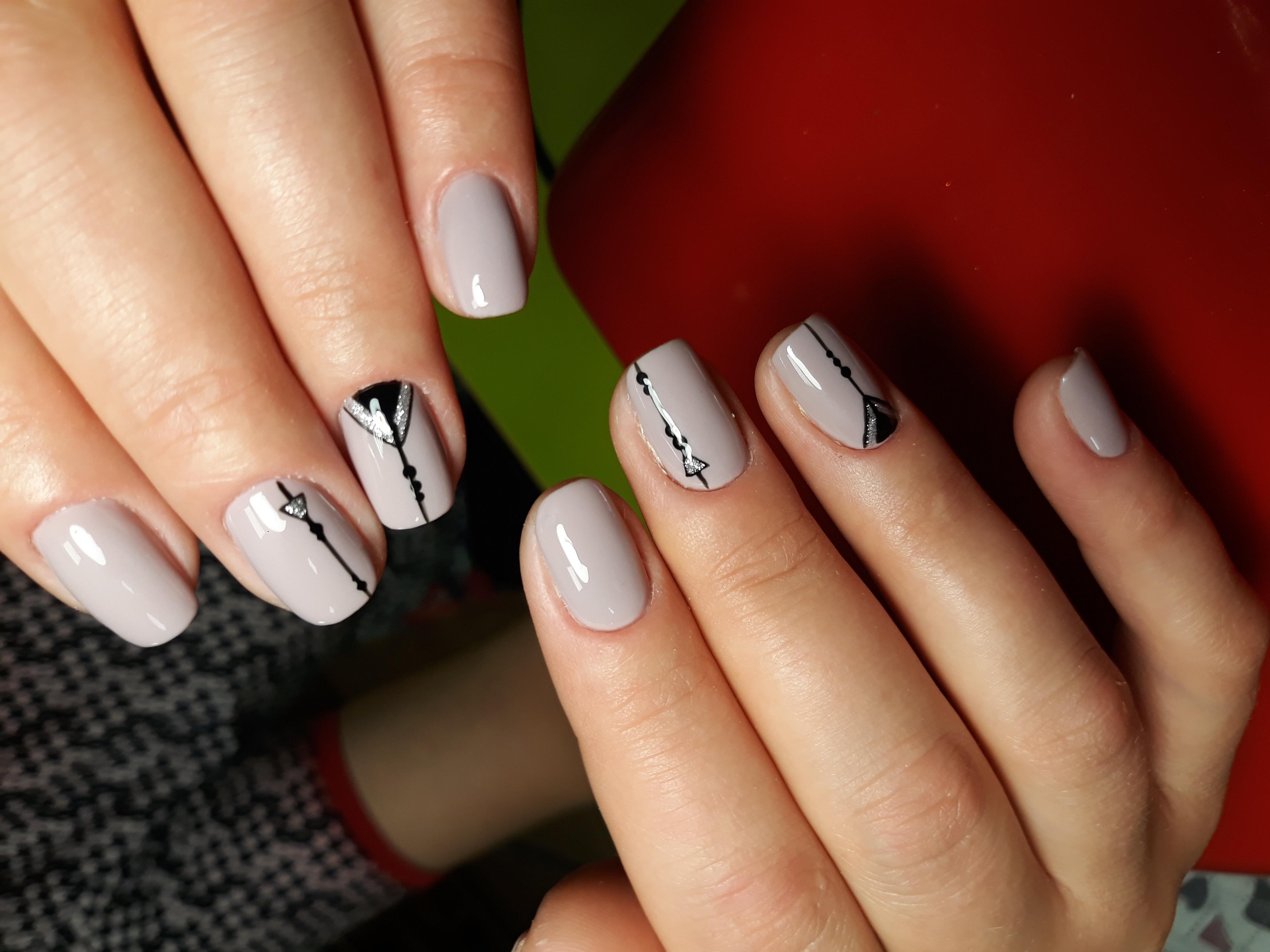 Геометрический маникюр с серебряными блестками в пастельных тонах на короткие ногти.