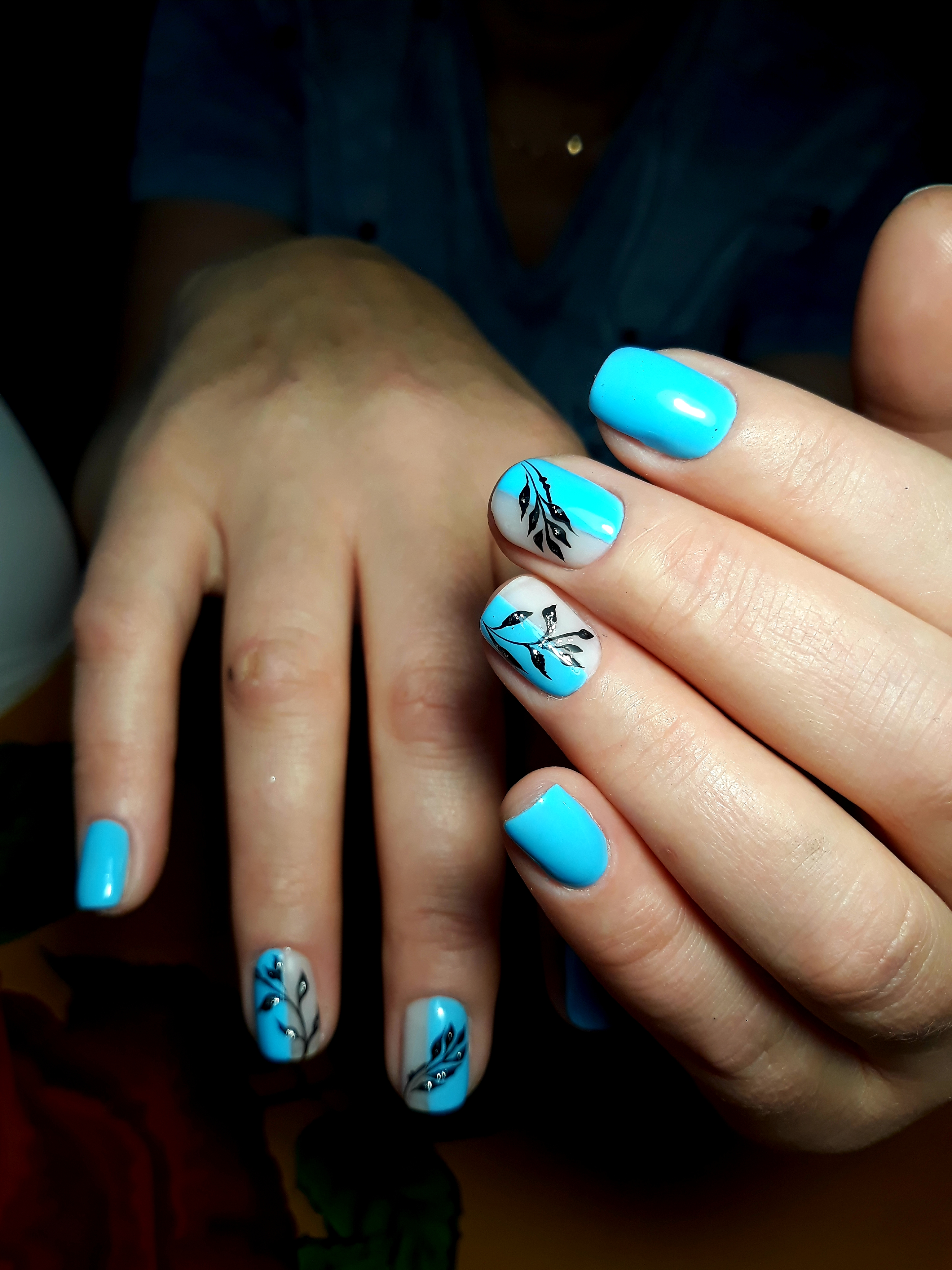 Маникюр с растительным рисунком в голубом цвете на короткие ногти.