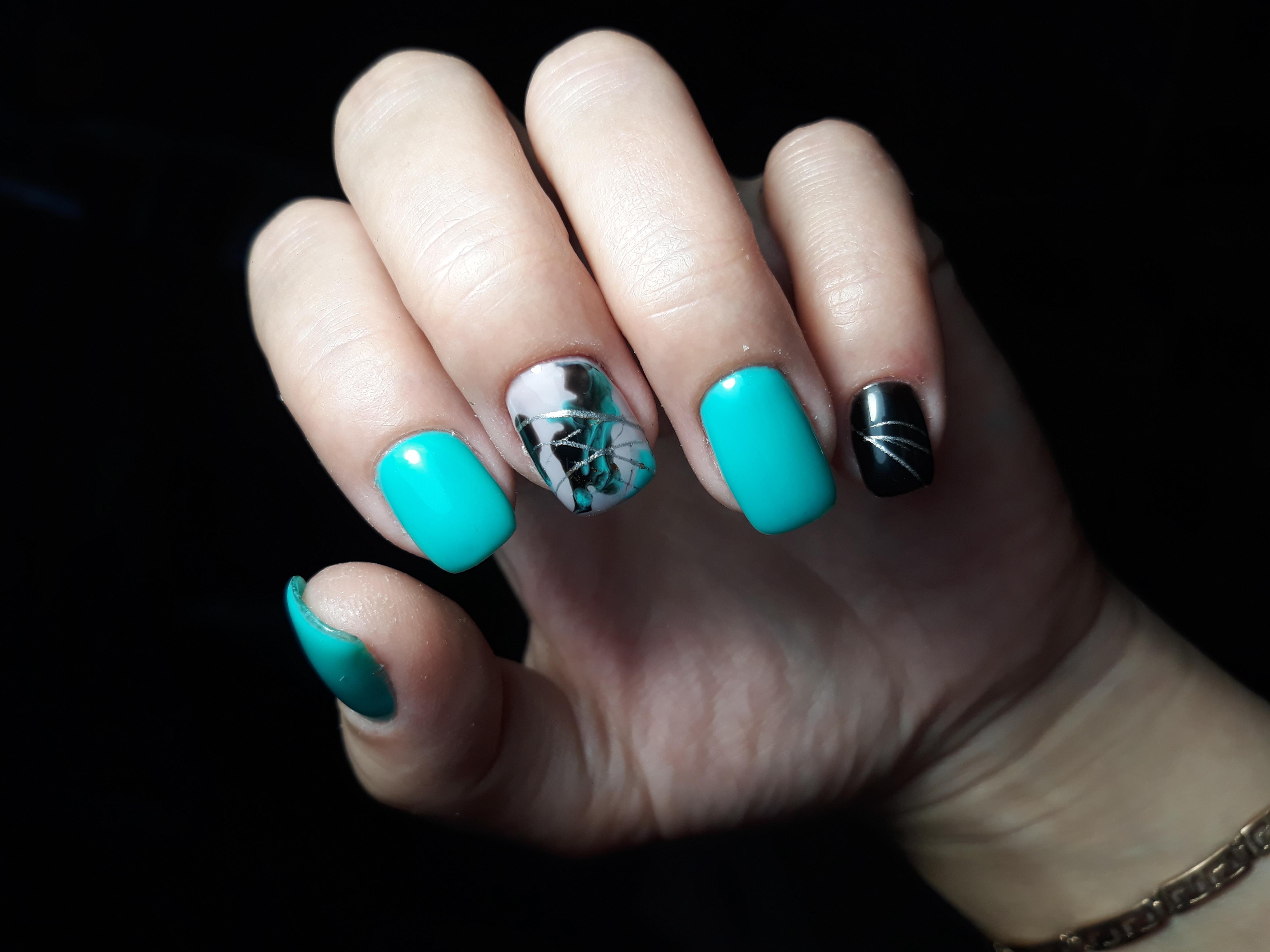 Маникюр с абстрактным рисунком и паутинкой в бирюзовом цвете на короткие ногти.