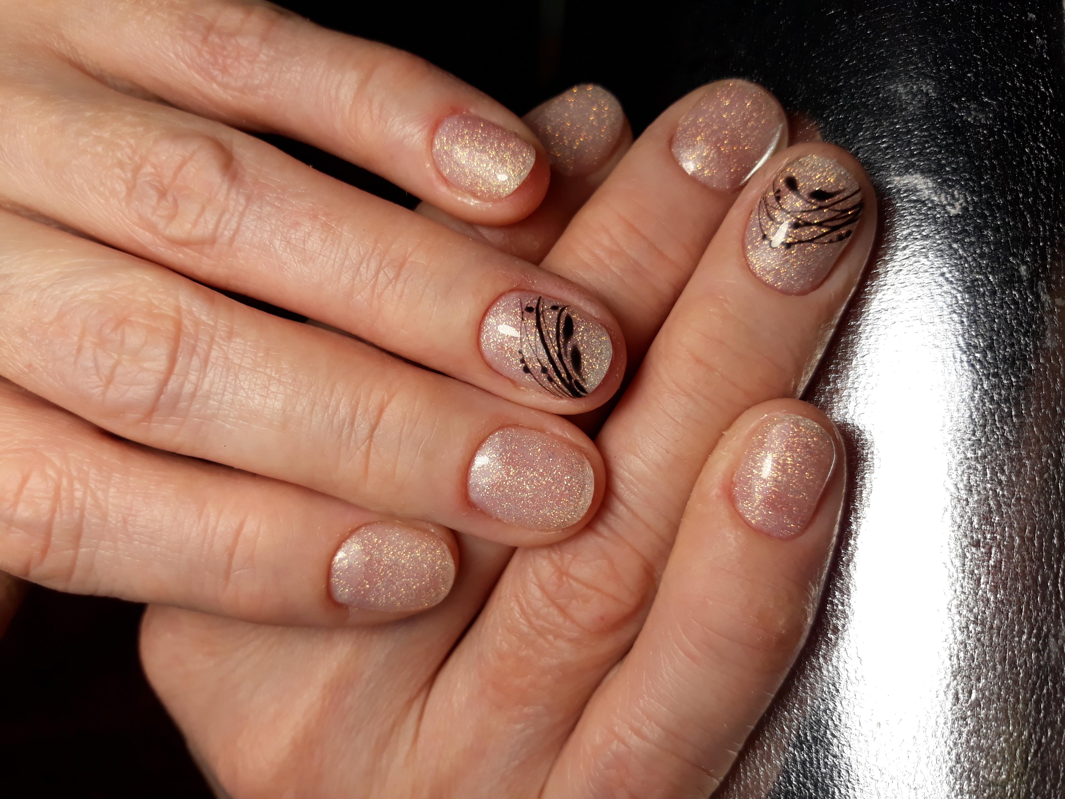 Нюдовый маникюр с блестками и паутинкой на короткие ногти.