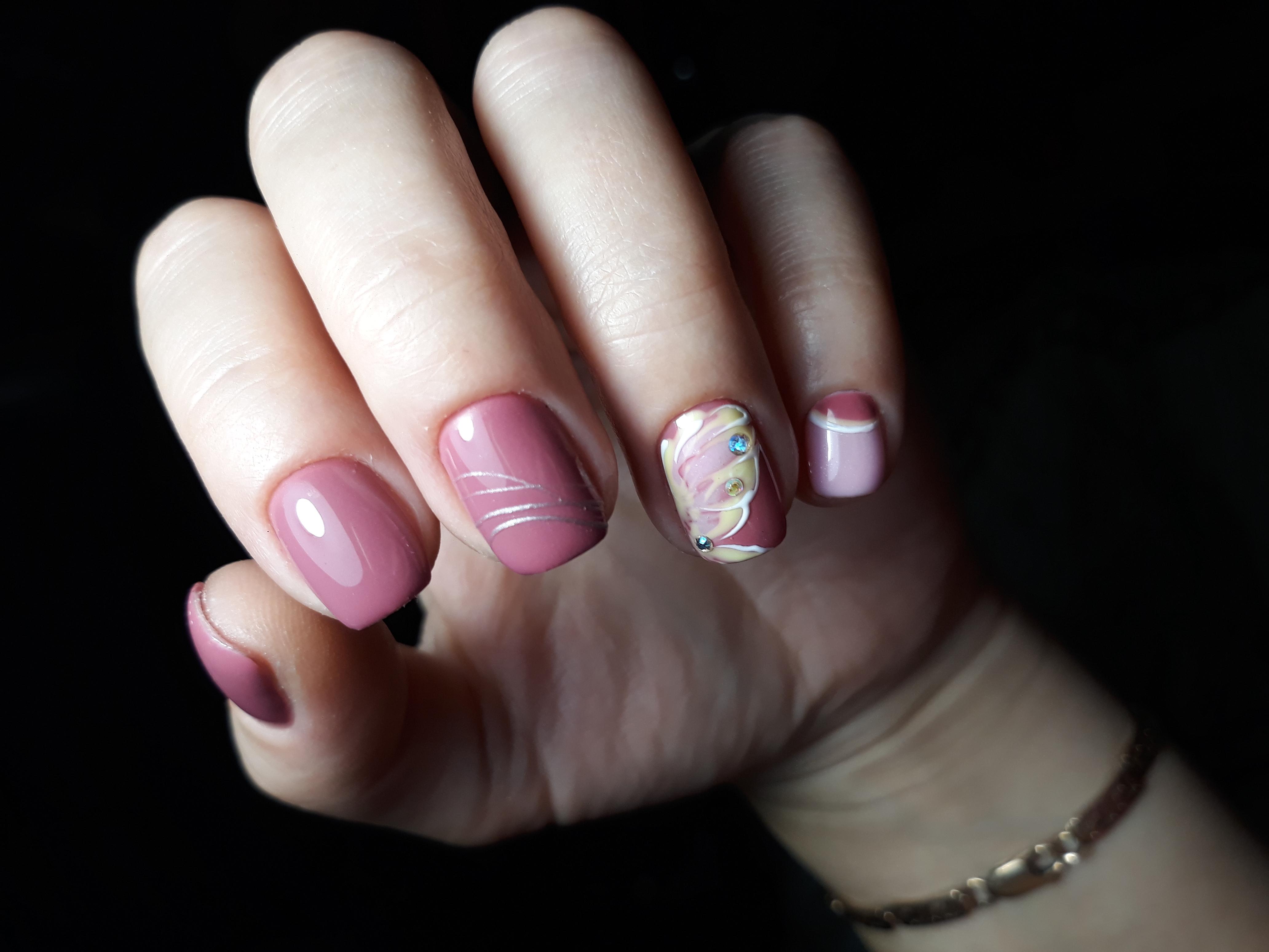 Маникюр с рисунком и паутинкой в лиловом цвете на короткие ногти.