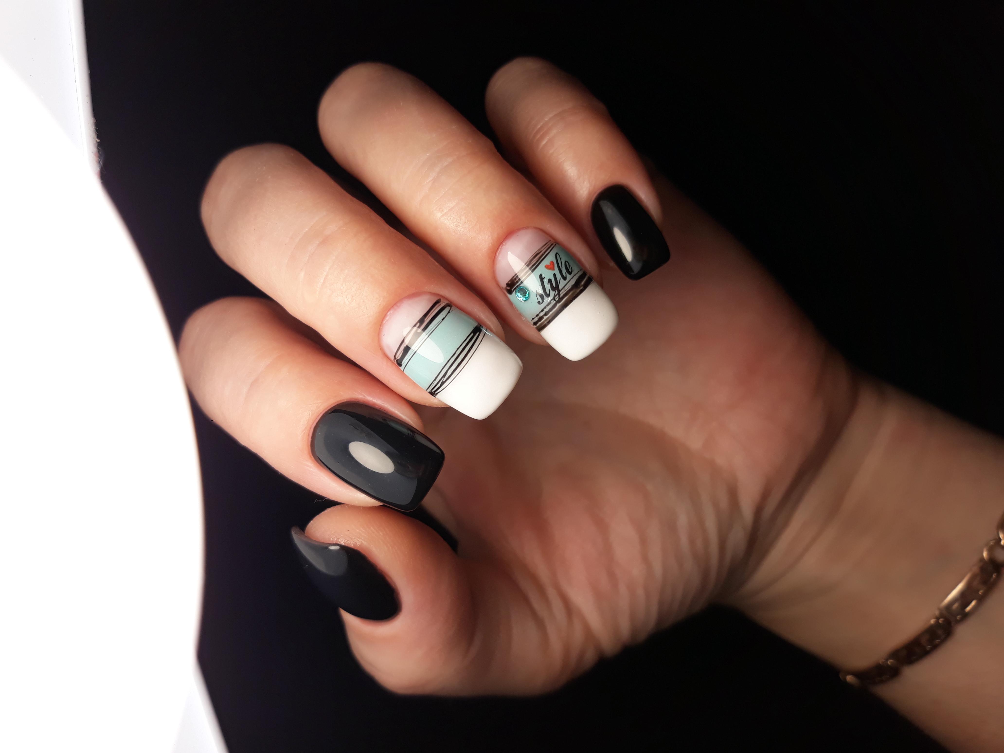 Маникюр с паутинкой и надписями в черном цвете на короткие ногти.