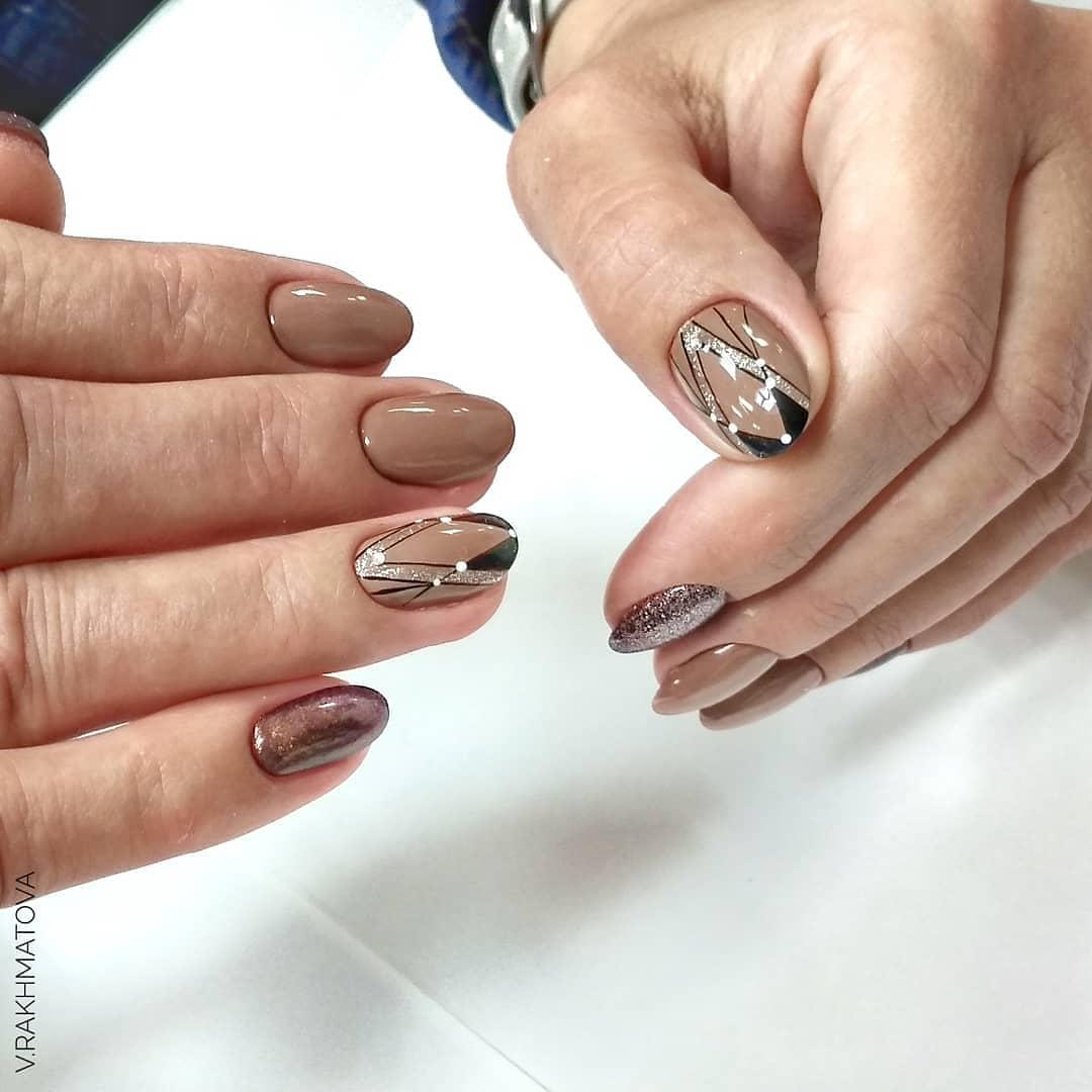 Геометрический маникюр с блестками и втиркой в коричневом цвете.