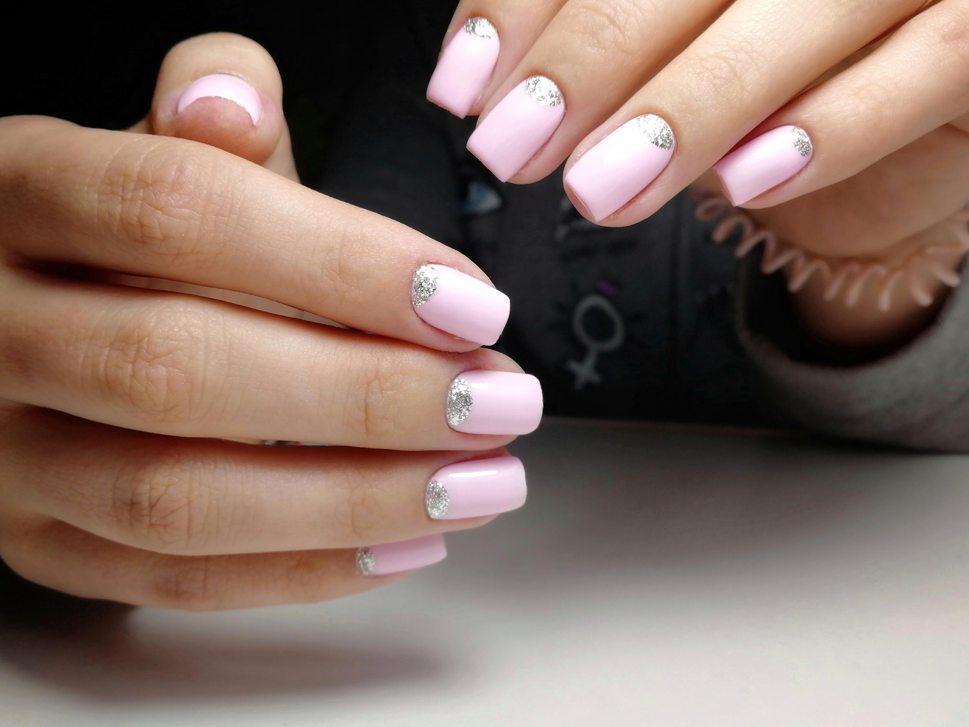 Матовый лунный маникюр с серебряными блестками в розовом цвете.