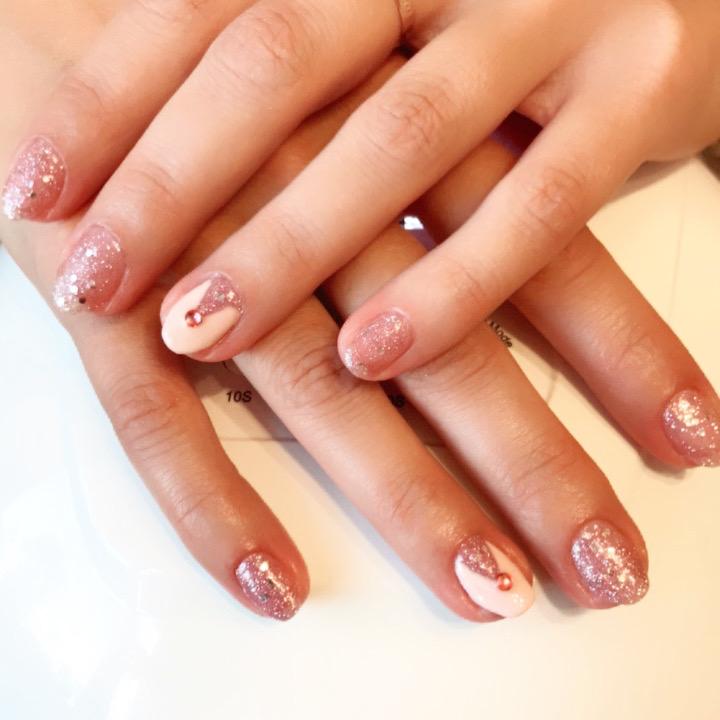 Маникюр с серебряными блестками и стразами на короткие ногти.