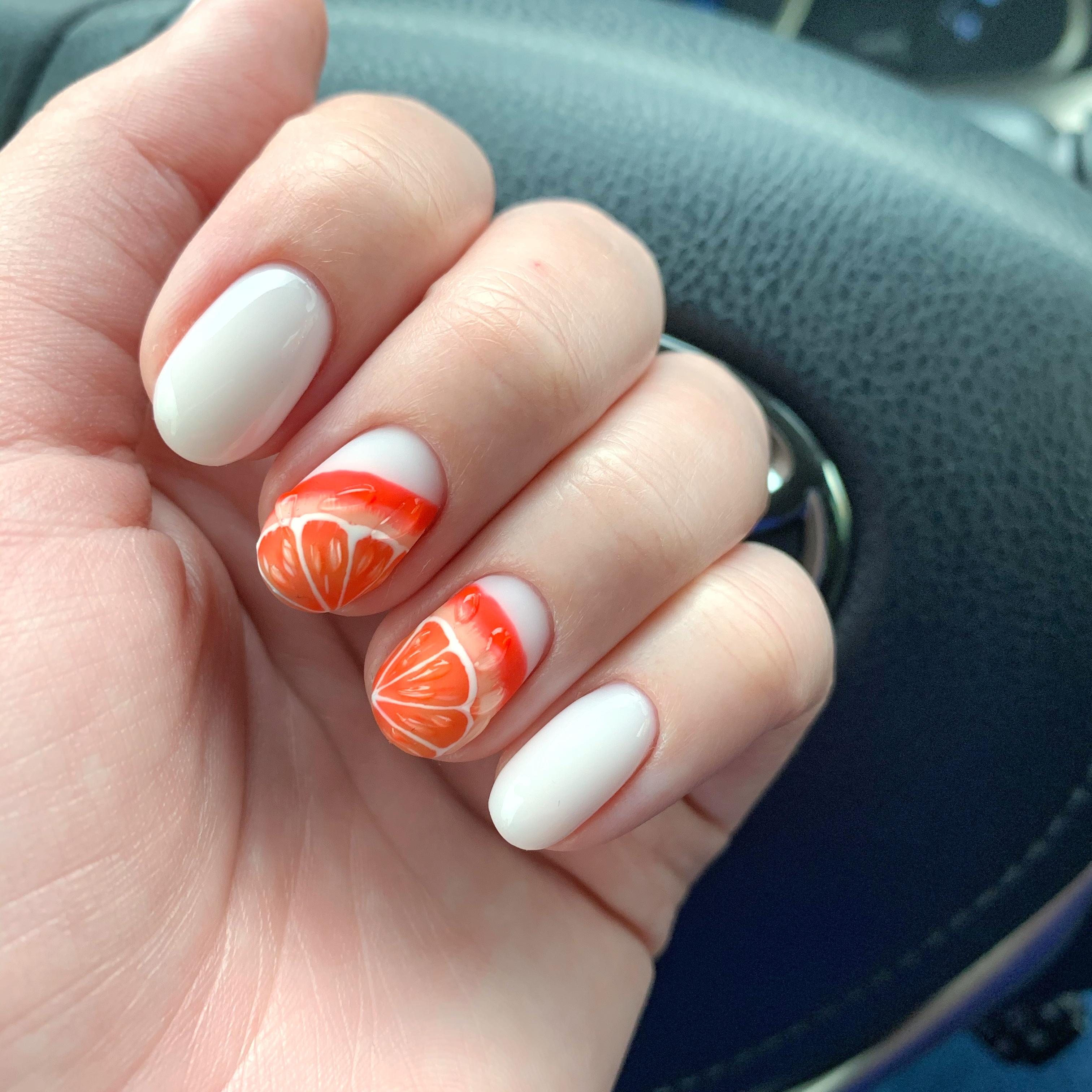 Маникюр с фруктовым рисунком в белом цвете на короткие ногти.