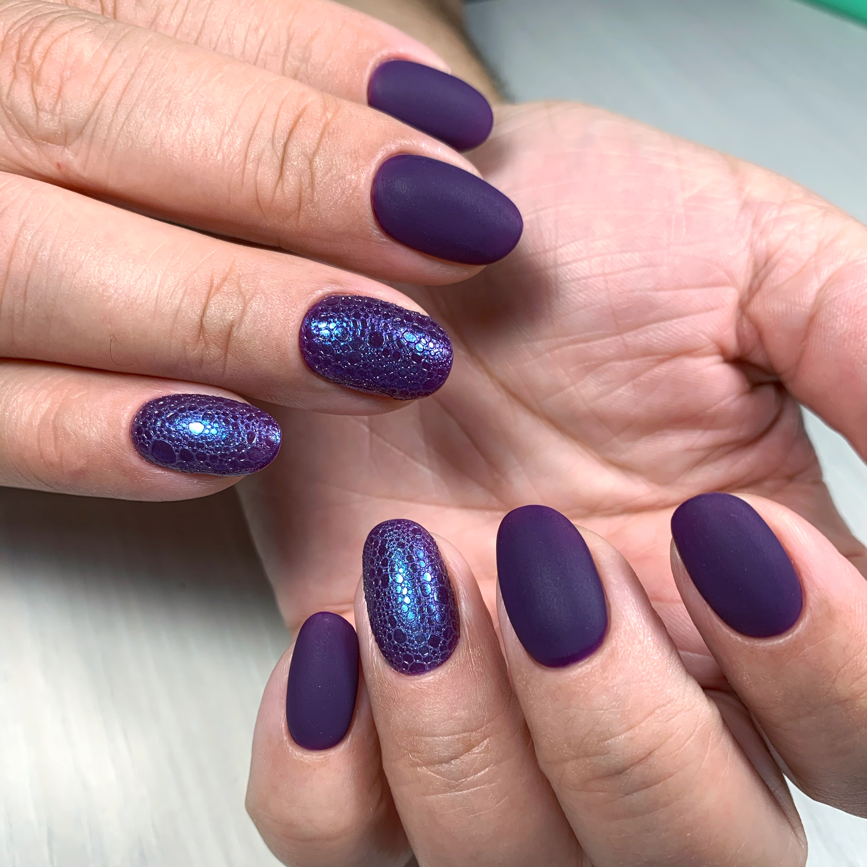 Матовый маникюр с bubble-эффектом в фиолетовом цвете.