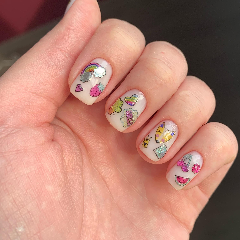 Нюдовый маникюр с мультяшными слайдерами на короткие ногти.