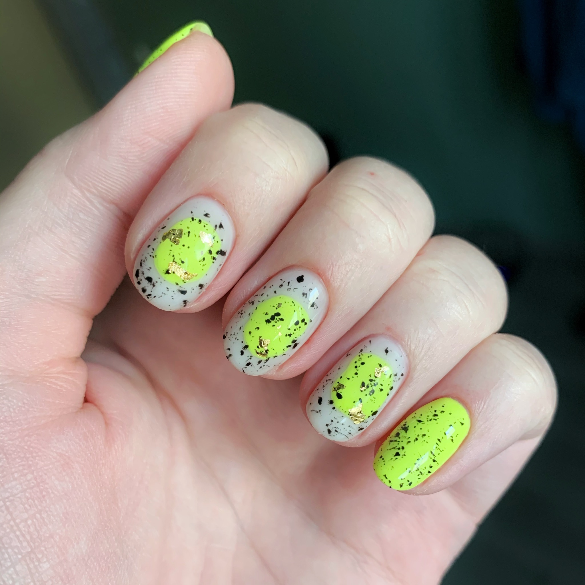 Цветной маникюр с абстрактным рисунком на короткие ногти.
