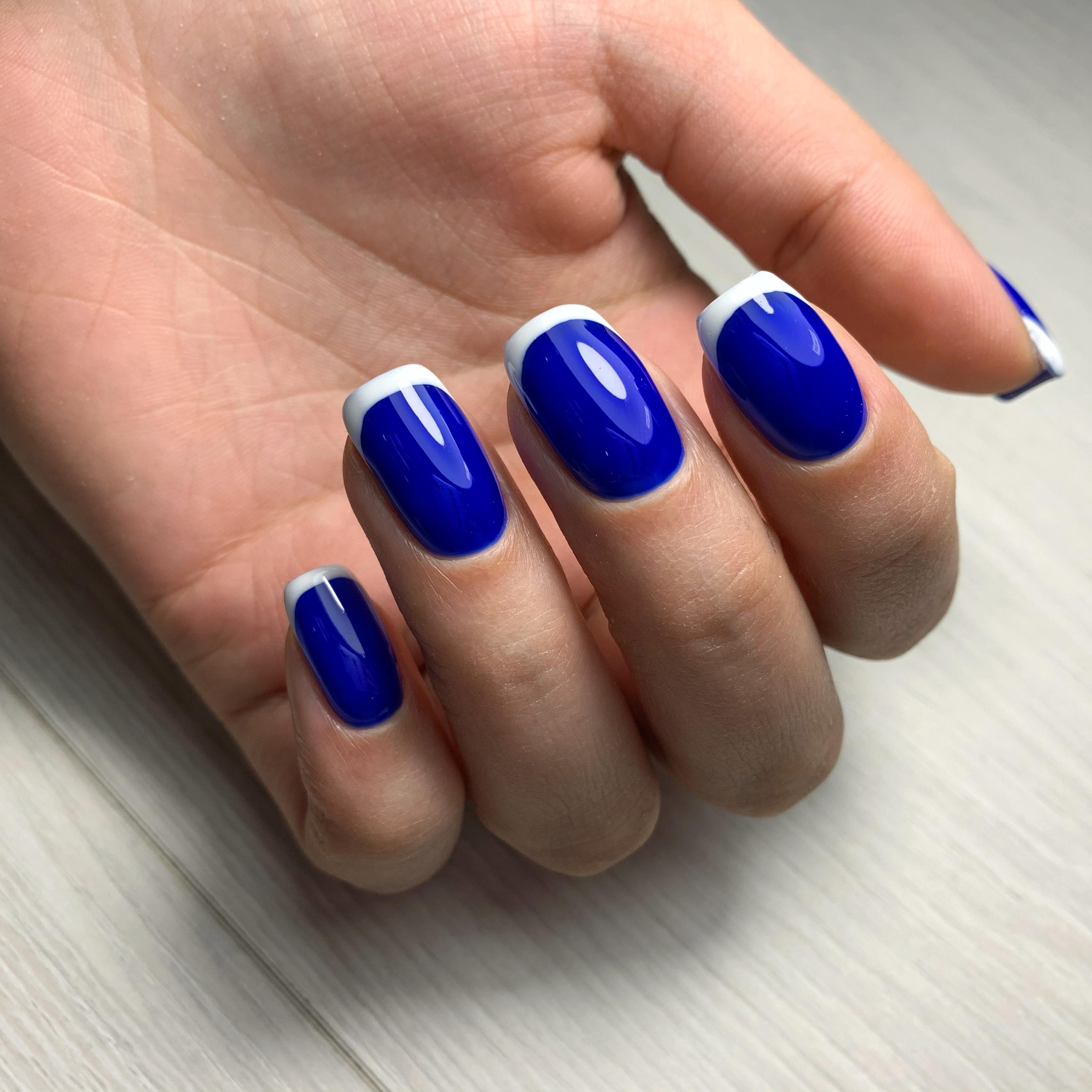 Французский маникюр в синем цвете.