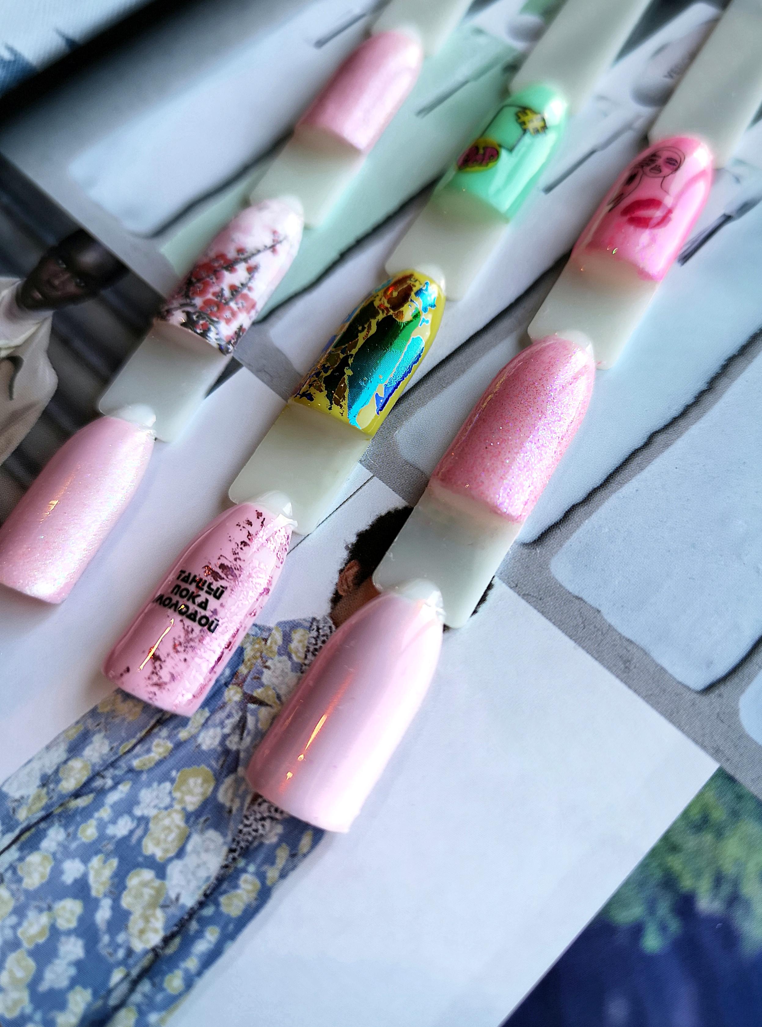Маникюр с цветной фольгой и надписями в розовом цвете.