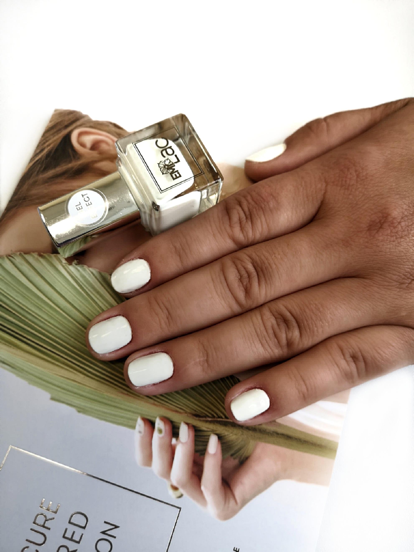 Маникюр в белом цвете на короткие ногти.