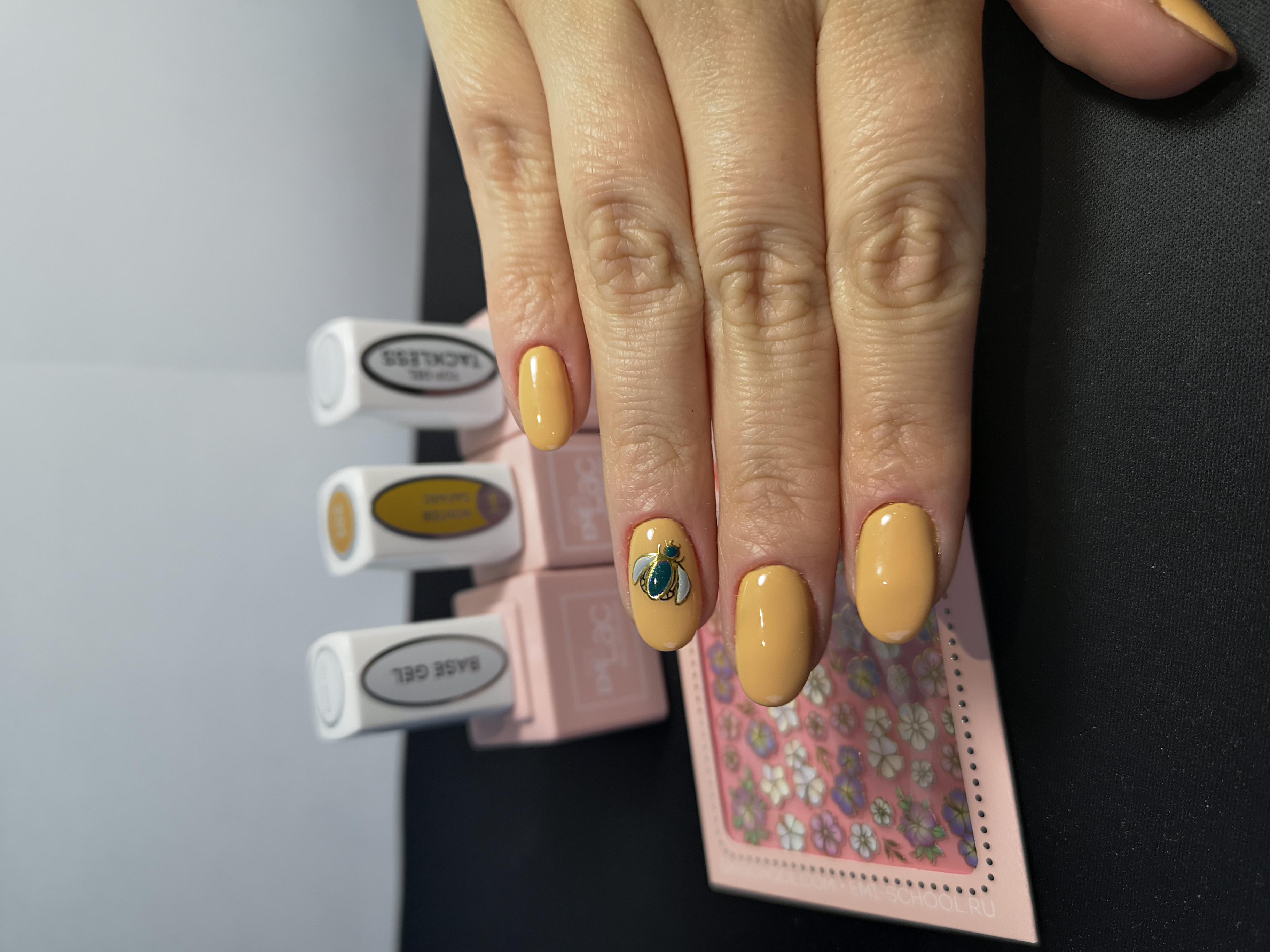 Маникюр с рисунком в персиковом цвете на короткие ногти.