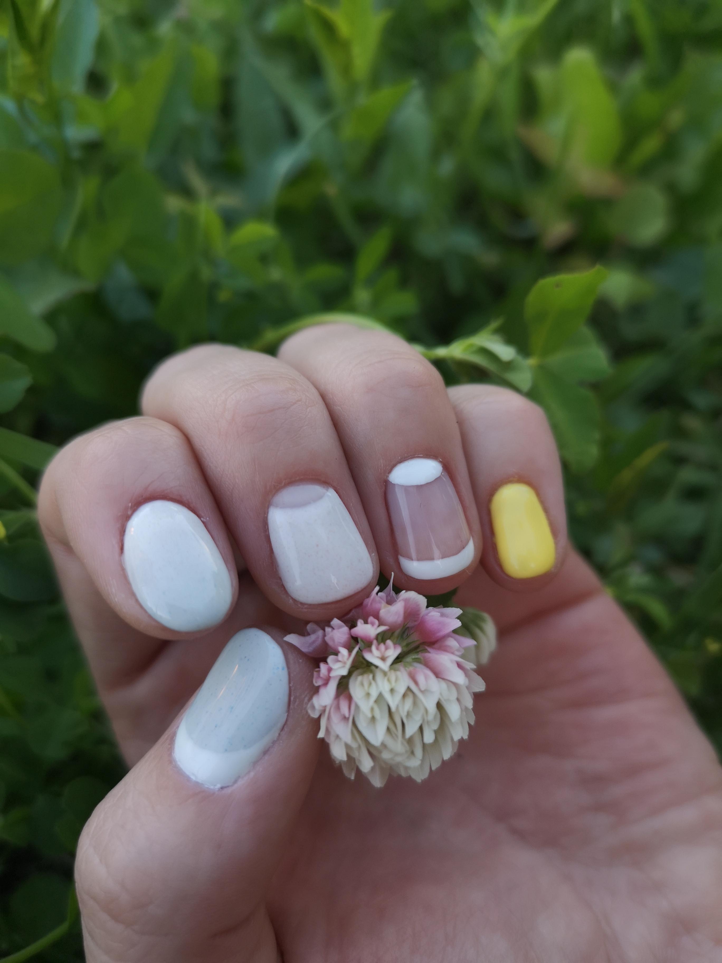 Маникюр с лунным дизайном в белом цвете на короткие ногти.