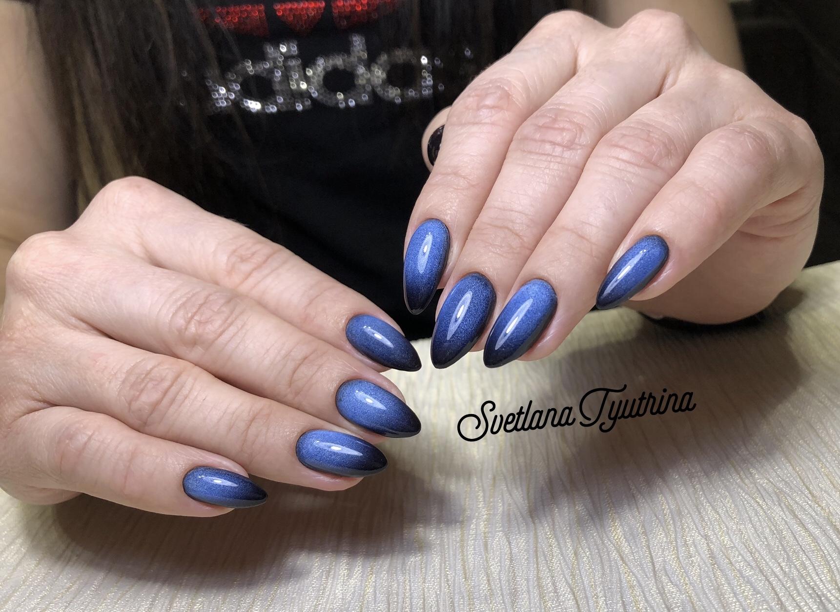 Маникюр с градиентом в синем цвете.