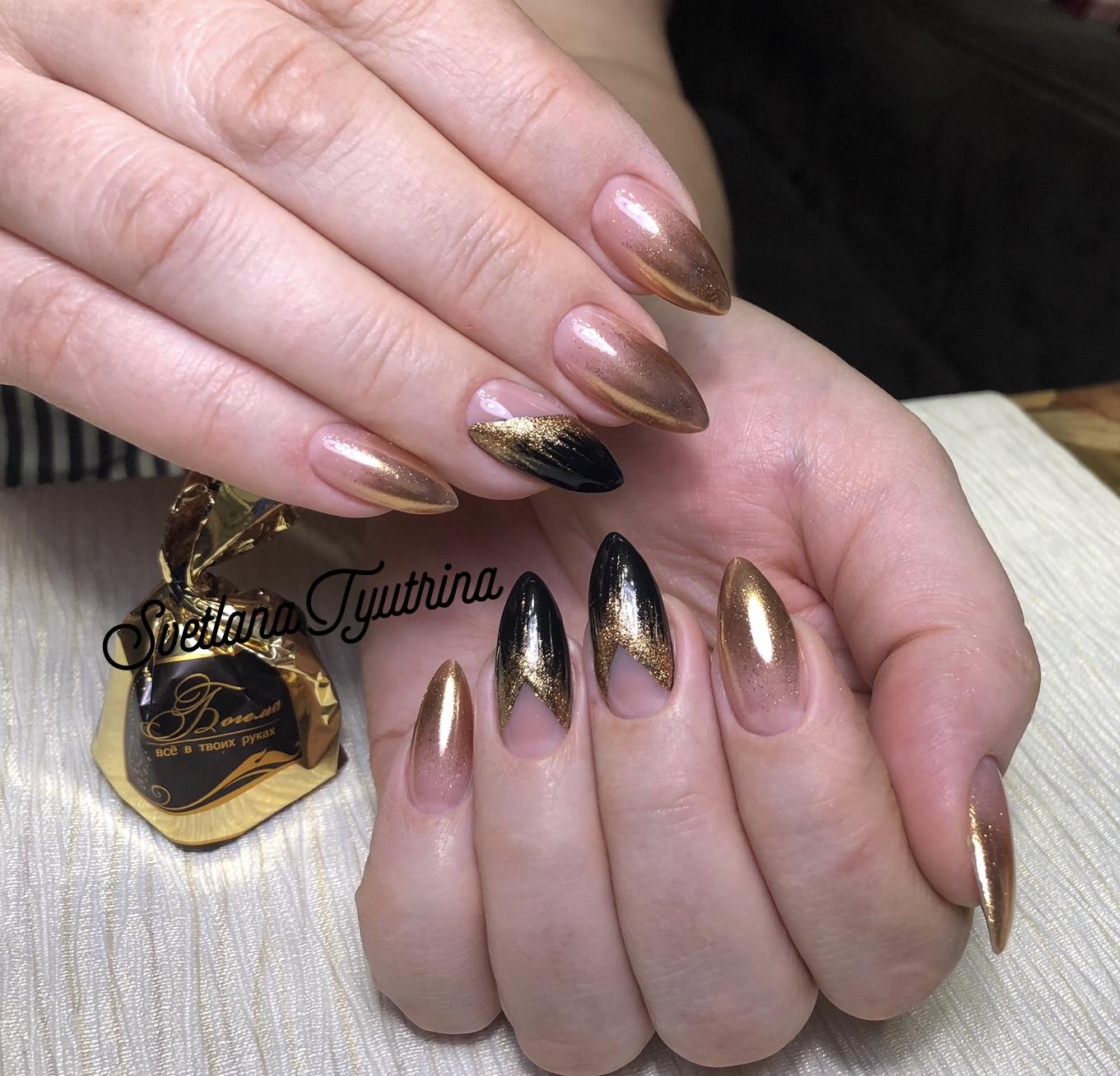 Маникюр с градиентом и золотыми блестками.