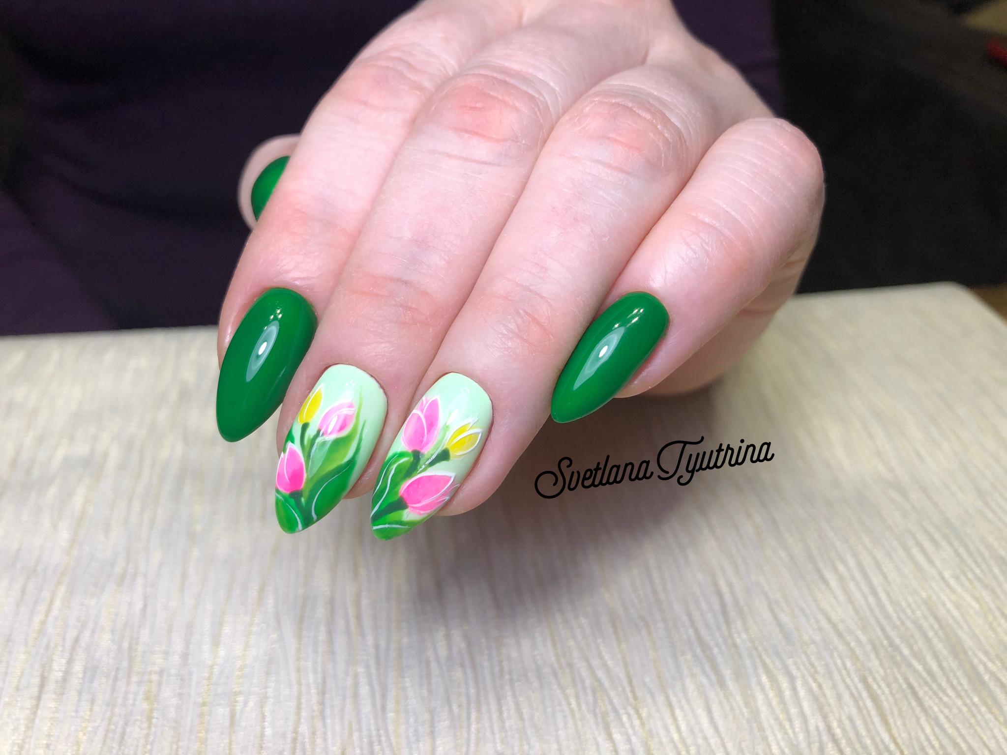 Маникюр с цветочным рисунком в зеленом цвете.