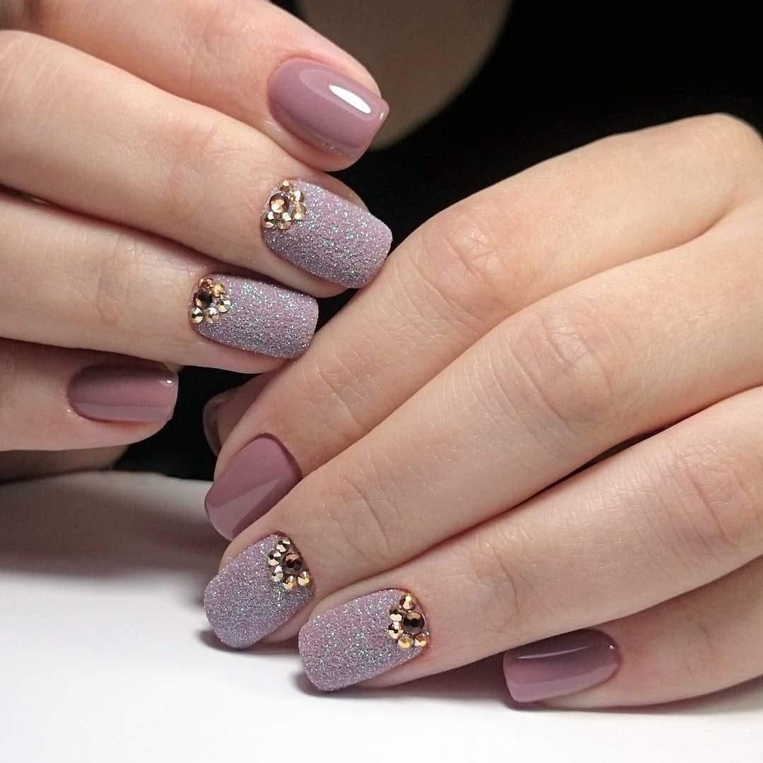 Маникюр с песочным дизайном и стразами в пастельных тонах на короткие ногти.