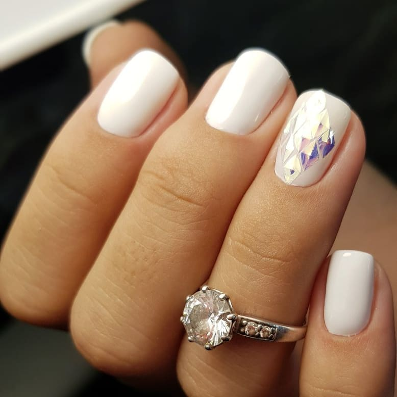 Маникюр с дизайном битое стекло в белом цвете.