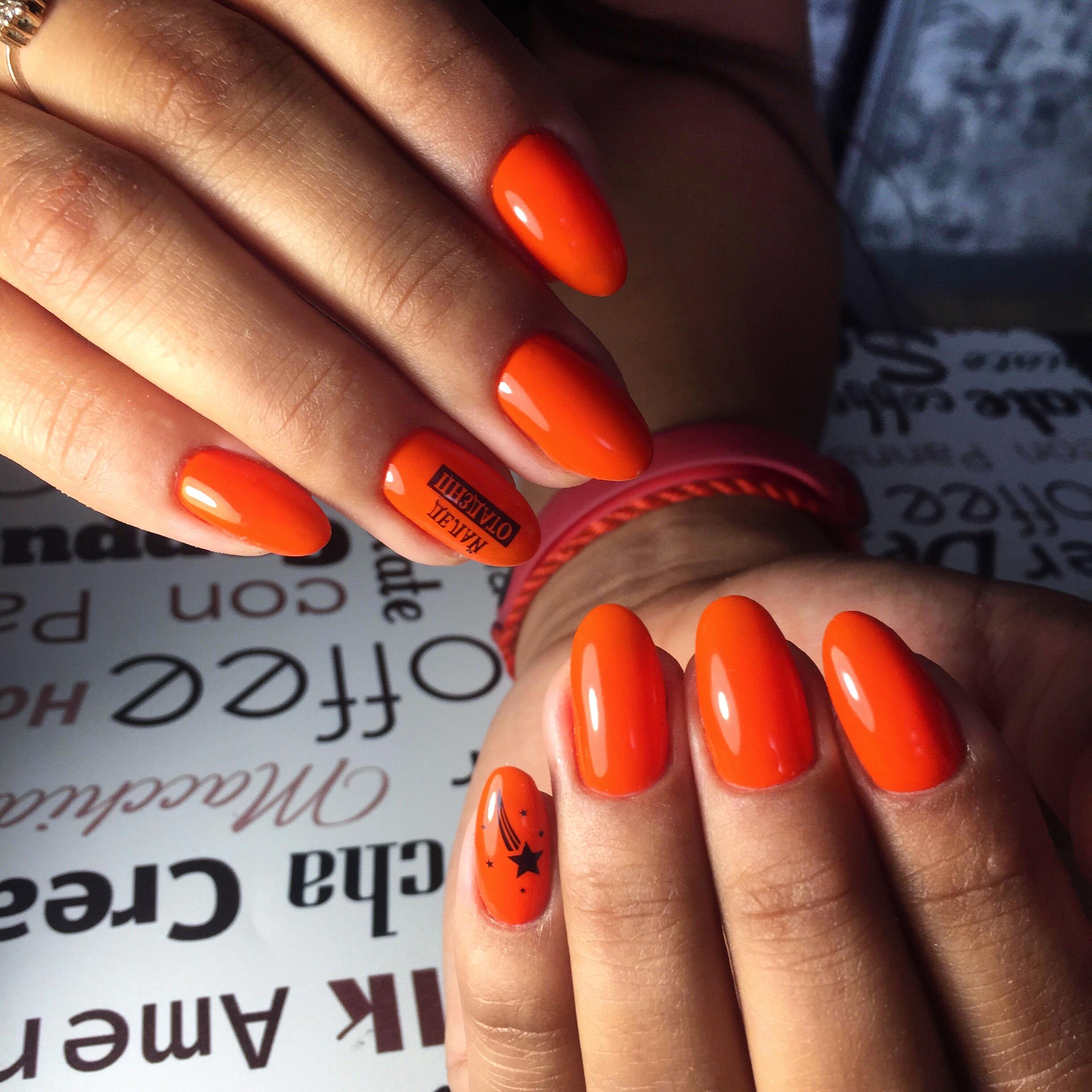 Маникюр с надписями в рыжем цвете на короткие ногти.