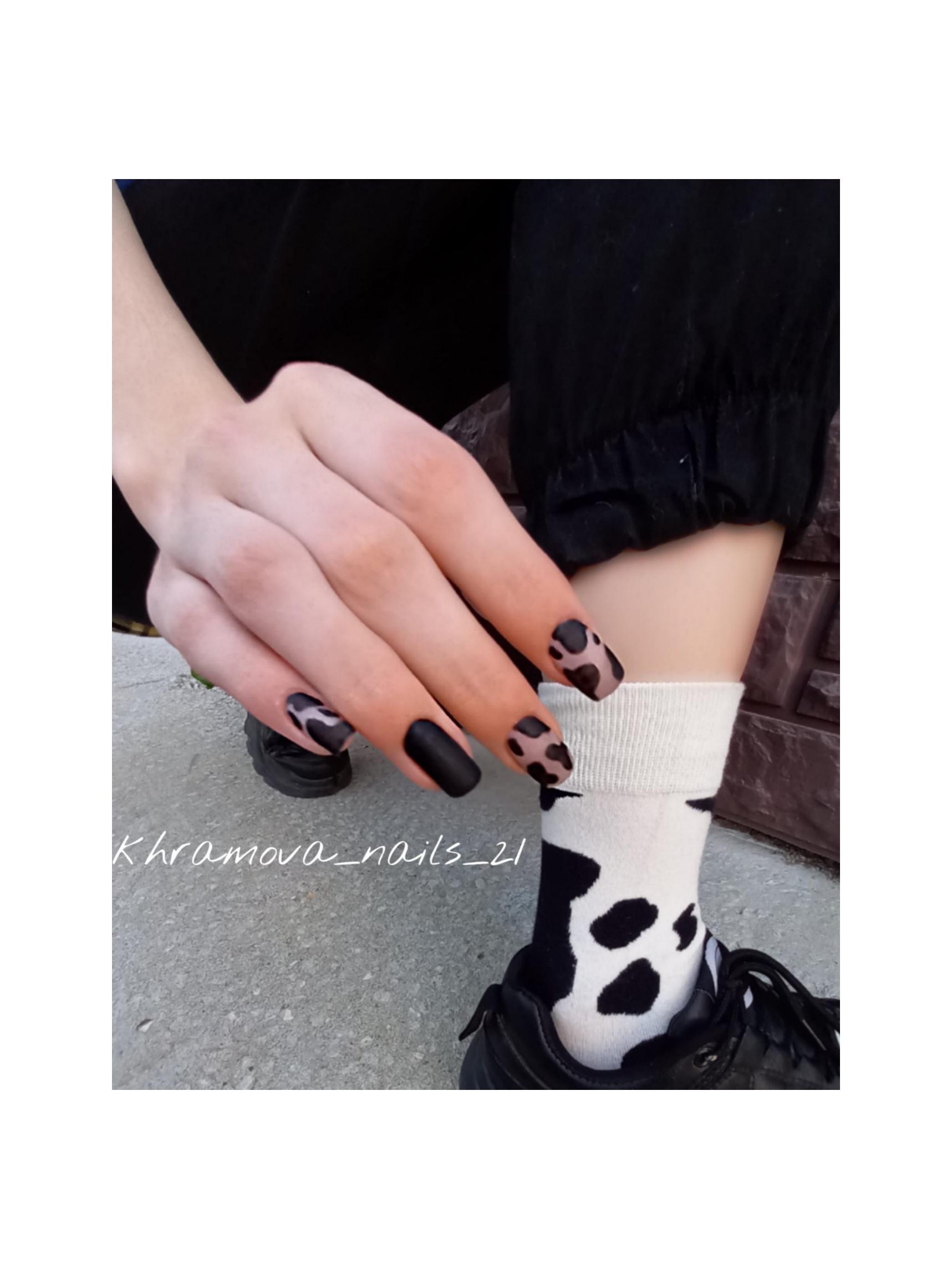 Матовый маникюр с анималистичным принтом в черном цвете на короткие ногти.