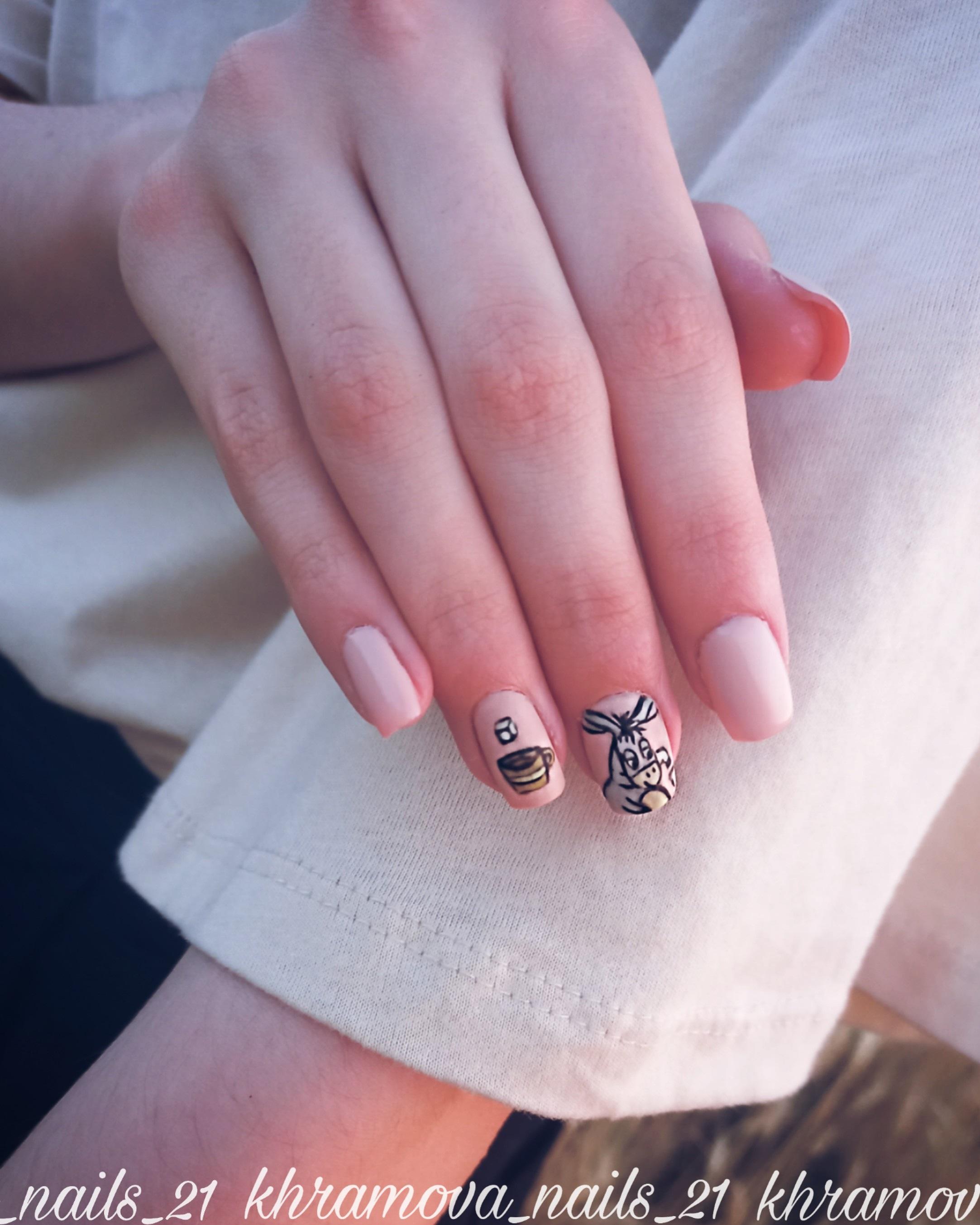 Маникюр с мультяшным рисунком в бежевом цвете на короткие ногти.