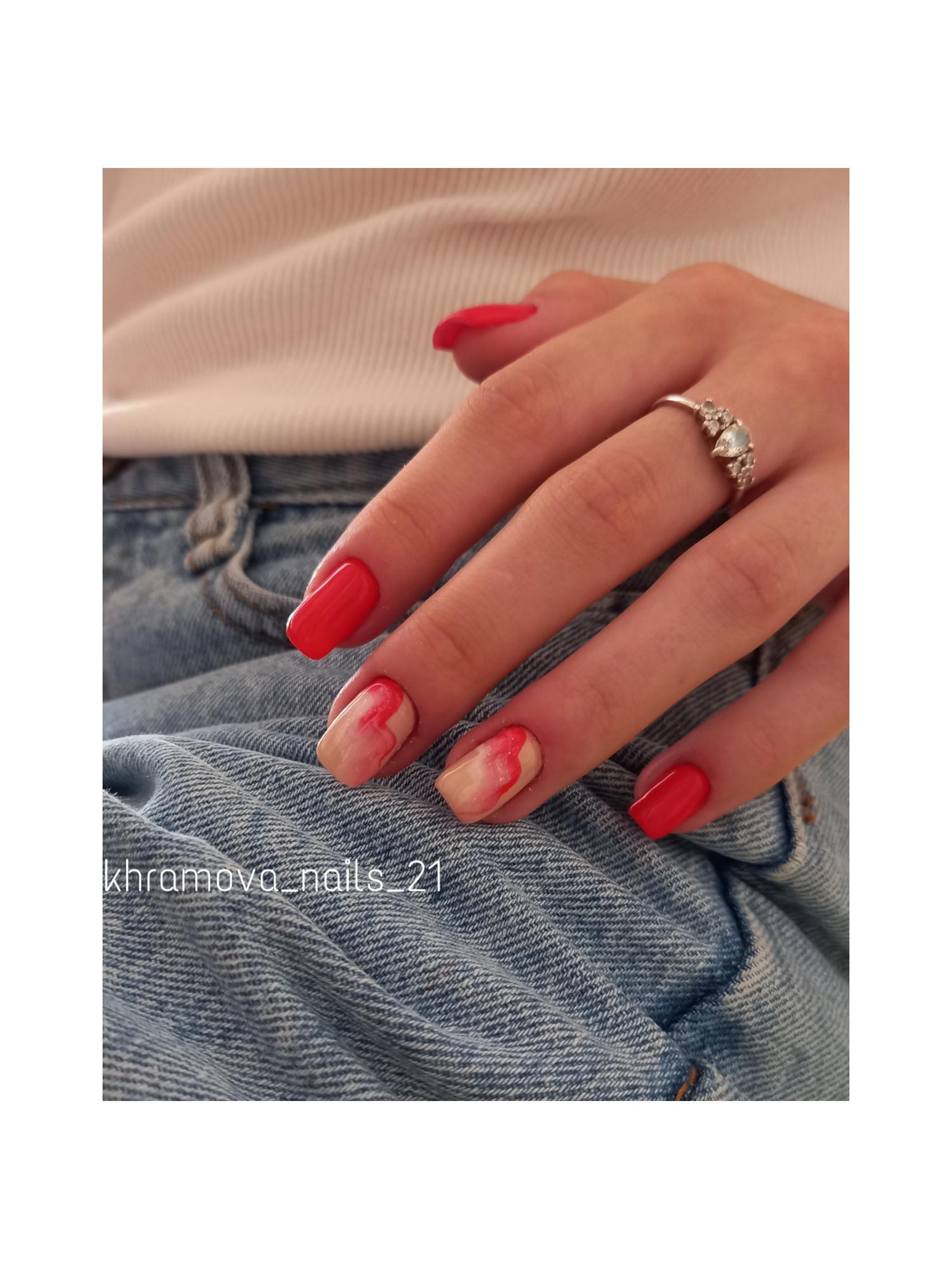 Маникюр с морским дизайном в красном цвете на короткие ногти.